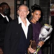 Tina Kunakey et Vincent Cassel, amoureux complices sous la pluie de la Fashion Week de Paris