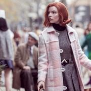 """Beth Harmon, l'héroïne du """"Jeu de la dame"""" qui met Emily in Paris échec et mat"""