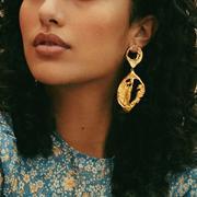 Elise Tsikis lance la saison d'été avec sa série de pop up bijoux en Méditerranée
