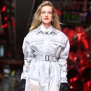 Ferrari démarre en trombe dans la mode, avec Natalia Vodianova sur son podium