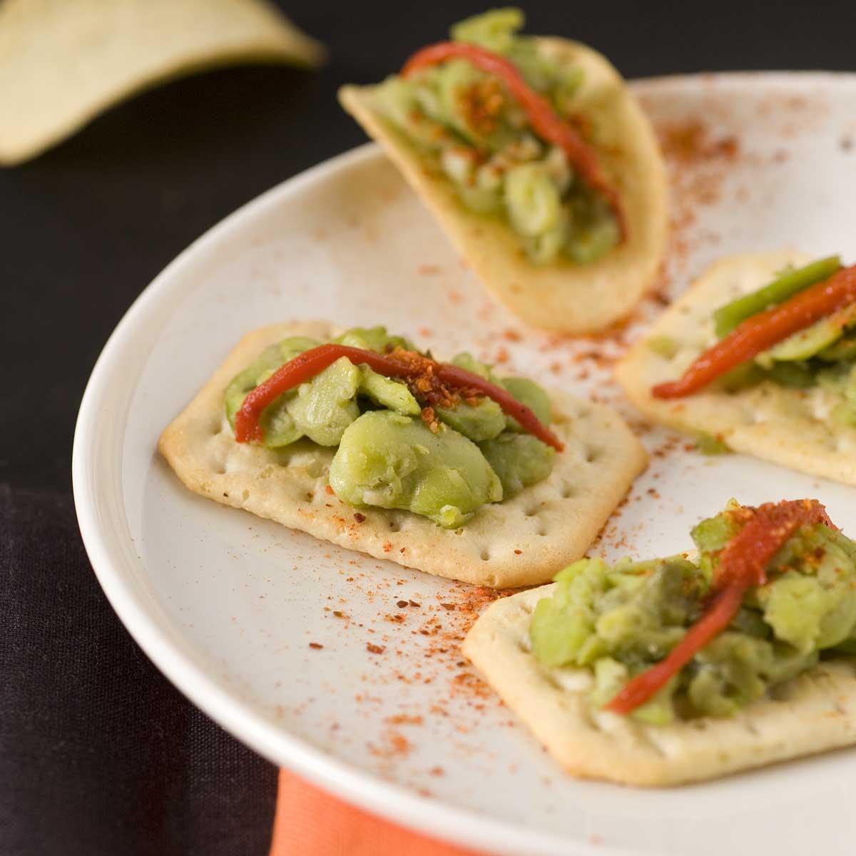 Recette bouchées de fèves sur lit de crackers - Cuisine / Madame Figaro