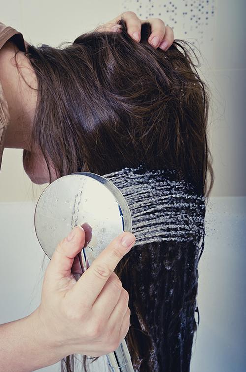 Ispiranje kose tušem