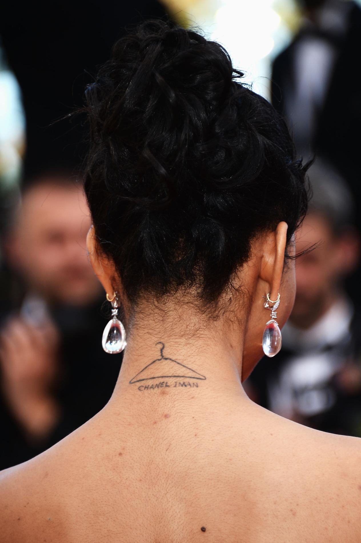 belle femme nue tatoue signification tête nue sur une photo d identité