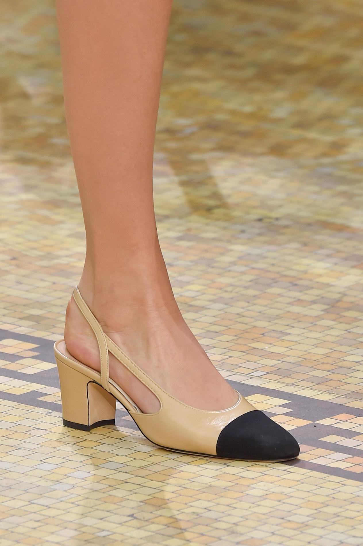 e8788559a98 Le soulier bicolore mythique de Chanel fête ses soixante ans ...