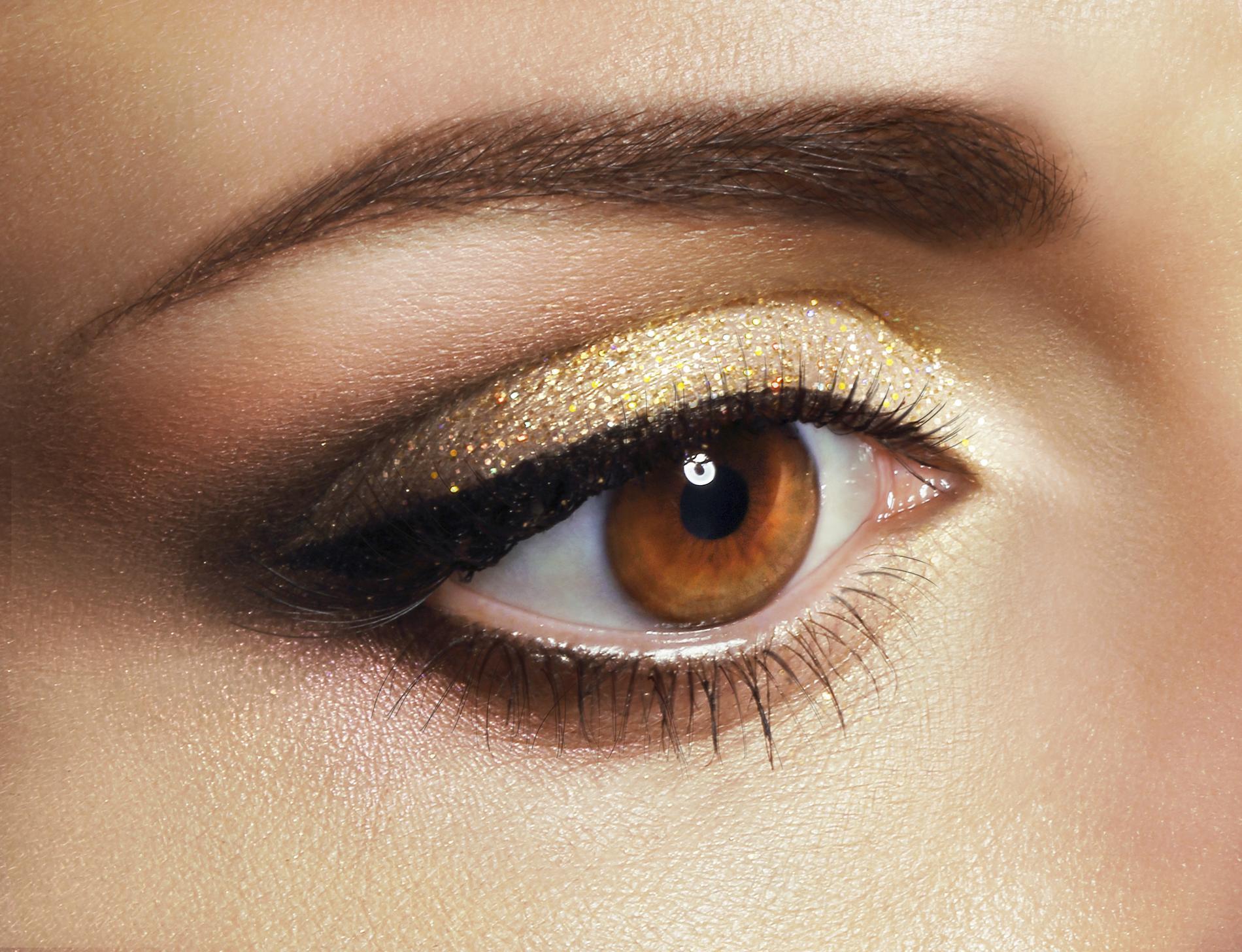 Maquillage des yeux  focus sur le contouring des sourcils