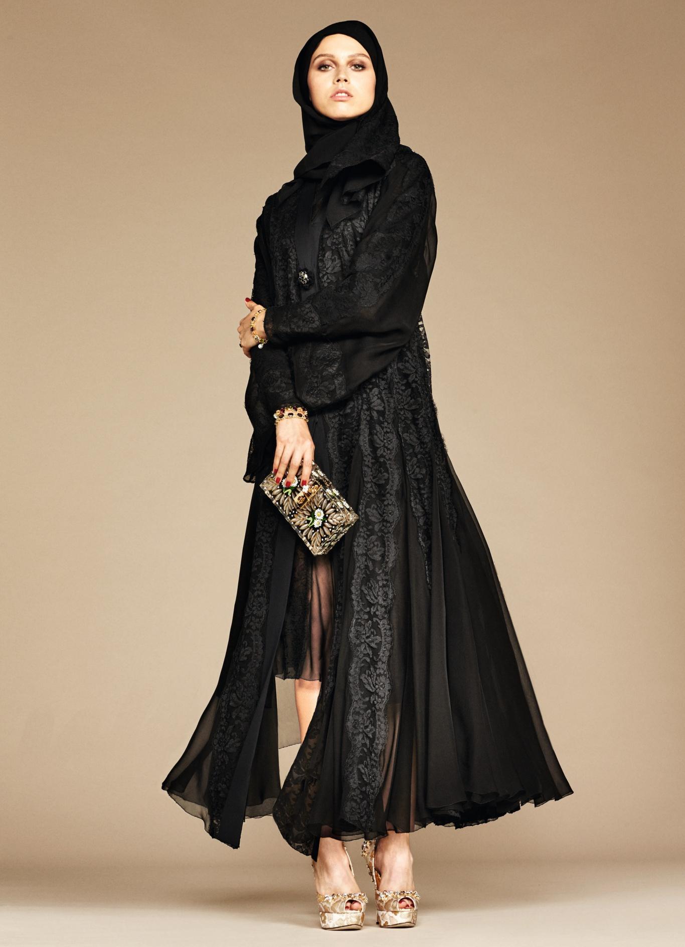 d504fd8bcc089 Dolce   Gabbana a dévoilé des images de sa nouvelle collection d abayas  (vêtement ample porté par dessus les autres) et de hijabs (voile cachant  seulement ...