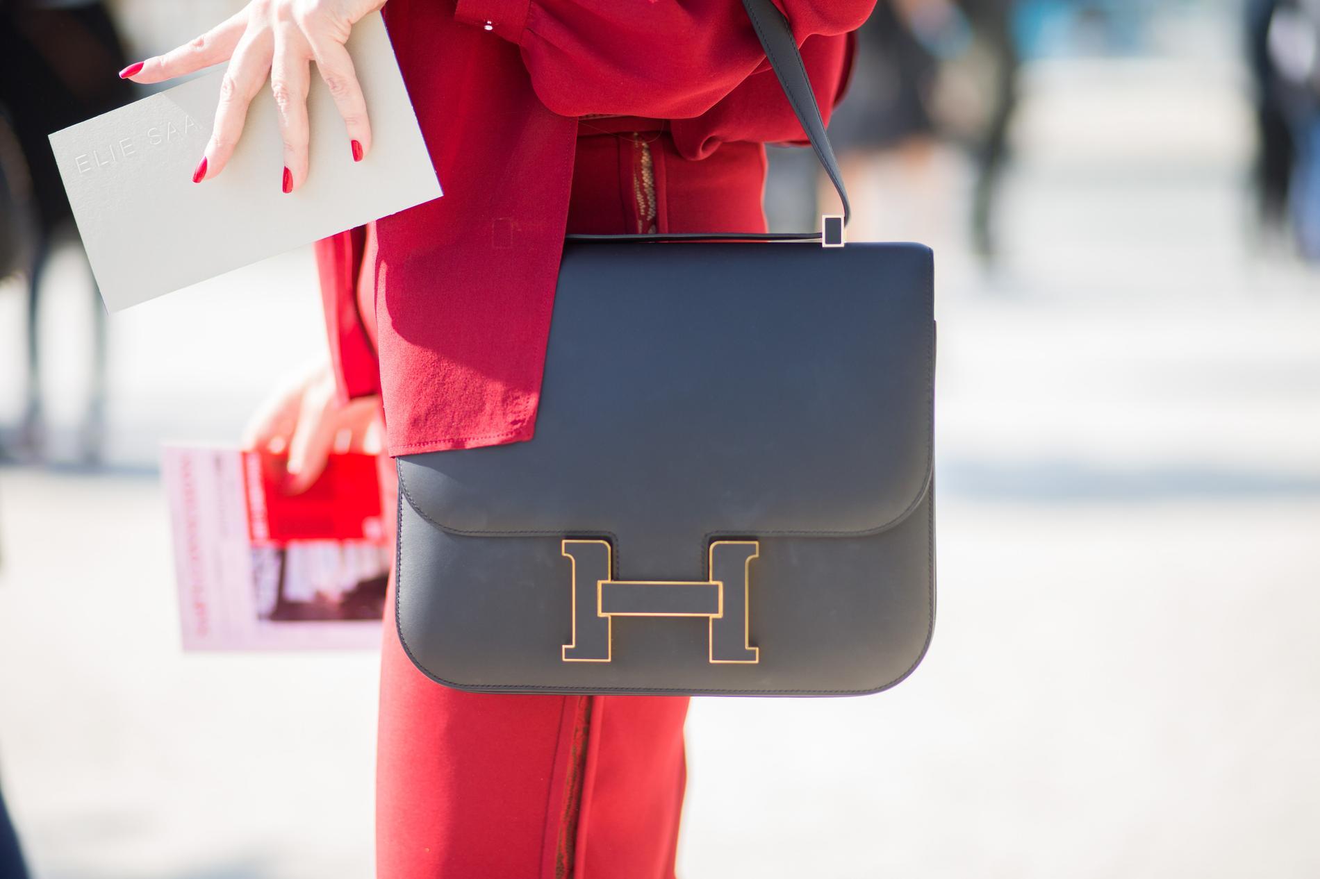 29be9f17ec Reconnaissable par sa fameuse boucle H, le Constance d'Hermès fait partie  de ses grands sacs classiques et intemporels.