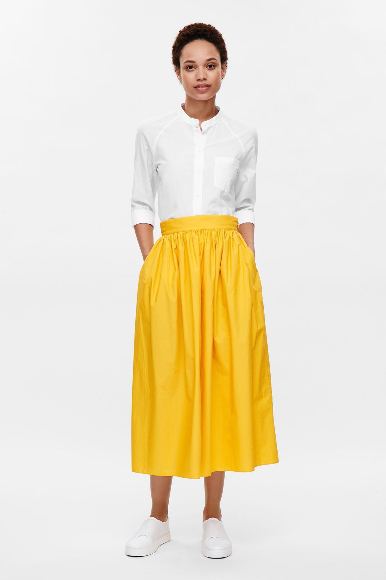 0d11c320c5c ... plissée par COS Bien choisir sa jupe en fonction de sa morphologie   la  midi par Zara Bien choisir sa jupe en fonction de sa morphologie   la  trapèze ...
