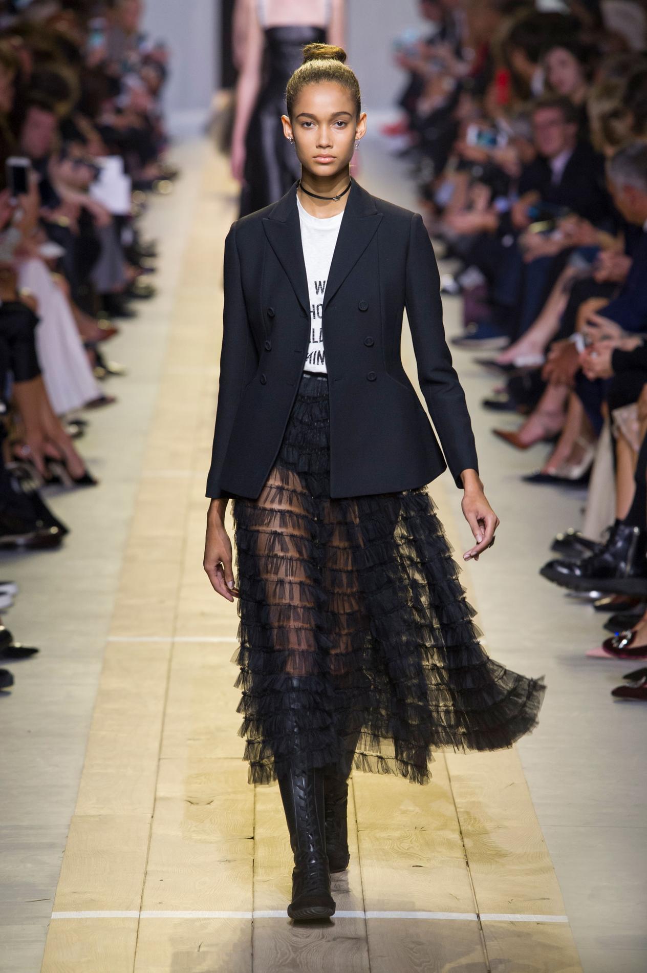 3710e010bc415 Dior : un premier défilé de haute voltige pour Maria Grazia Chiuri ...