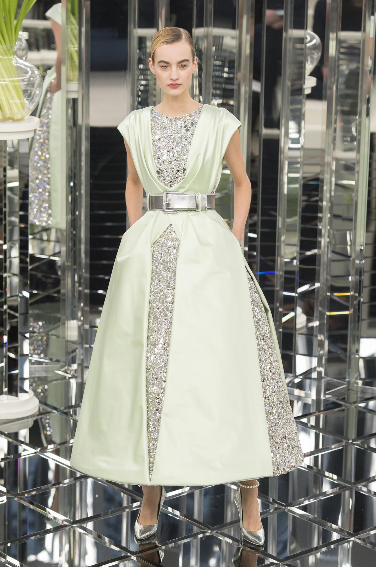 3cdd1a72cdb Chanel   dans les secrets de fabrication d une robe haute couture ...