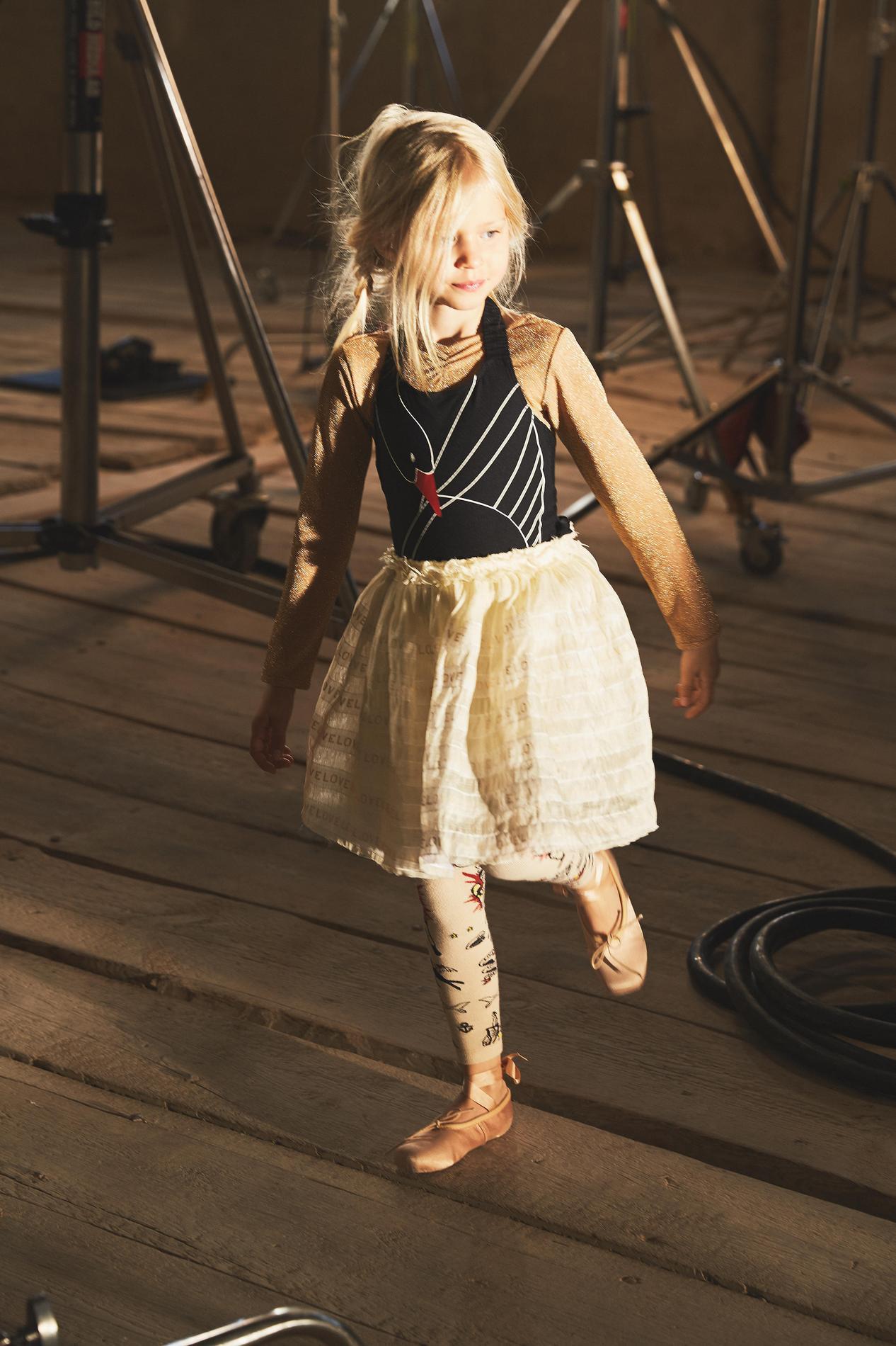 e687aa7ff0753 ... H M Studio dévoile sa nouvelle collection enfant printemps-été 2017 -  Chaussons de danse et chaussettes de boxeur ...