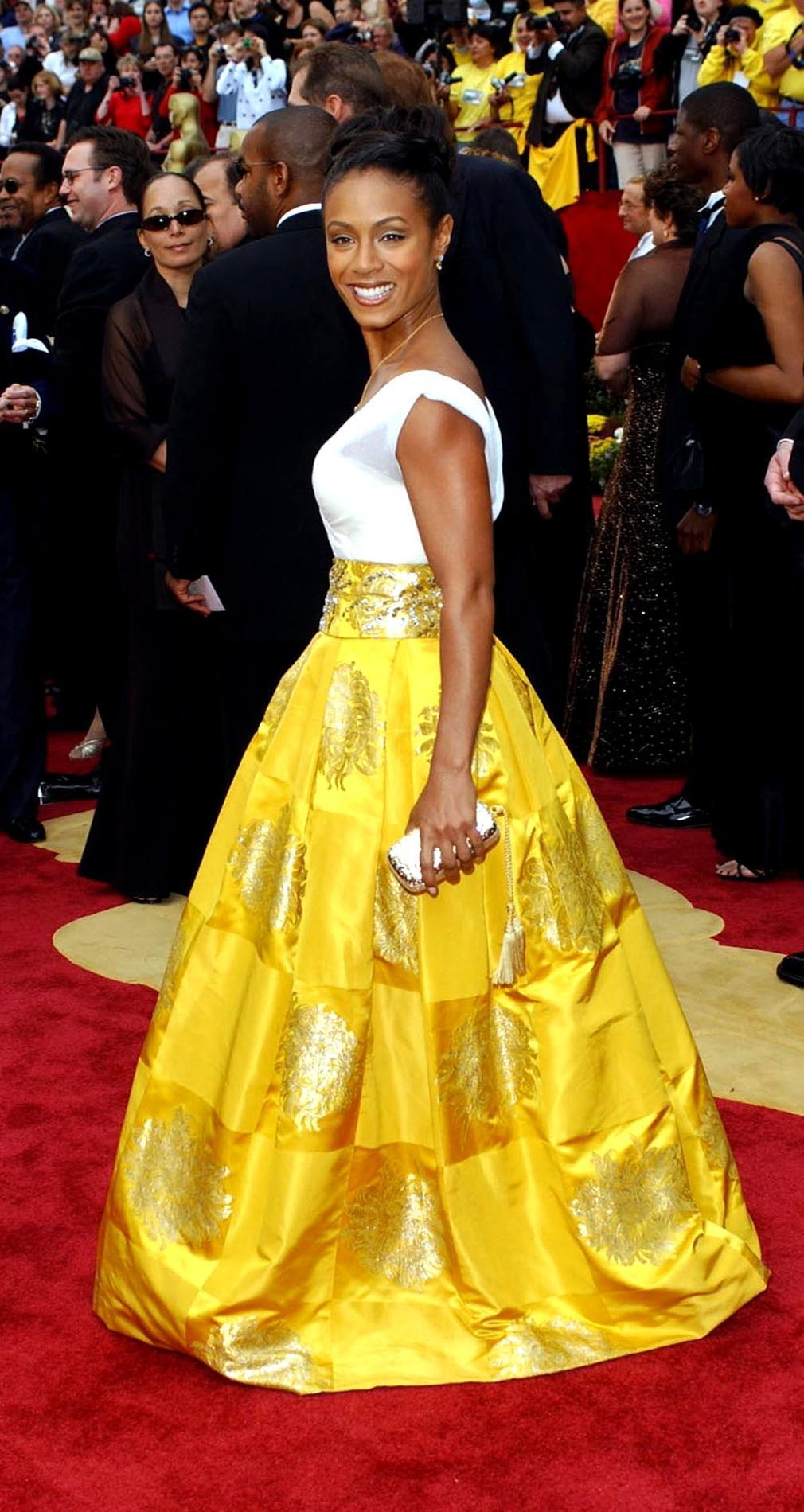 0bafd3c66f3 ... Les pires robes des Oscars à travers l histoire - Salma Hayek Les pires  robes des Oscars à travers l histoire - Scarlett Johansson Les pires robes  des ...