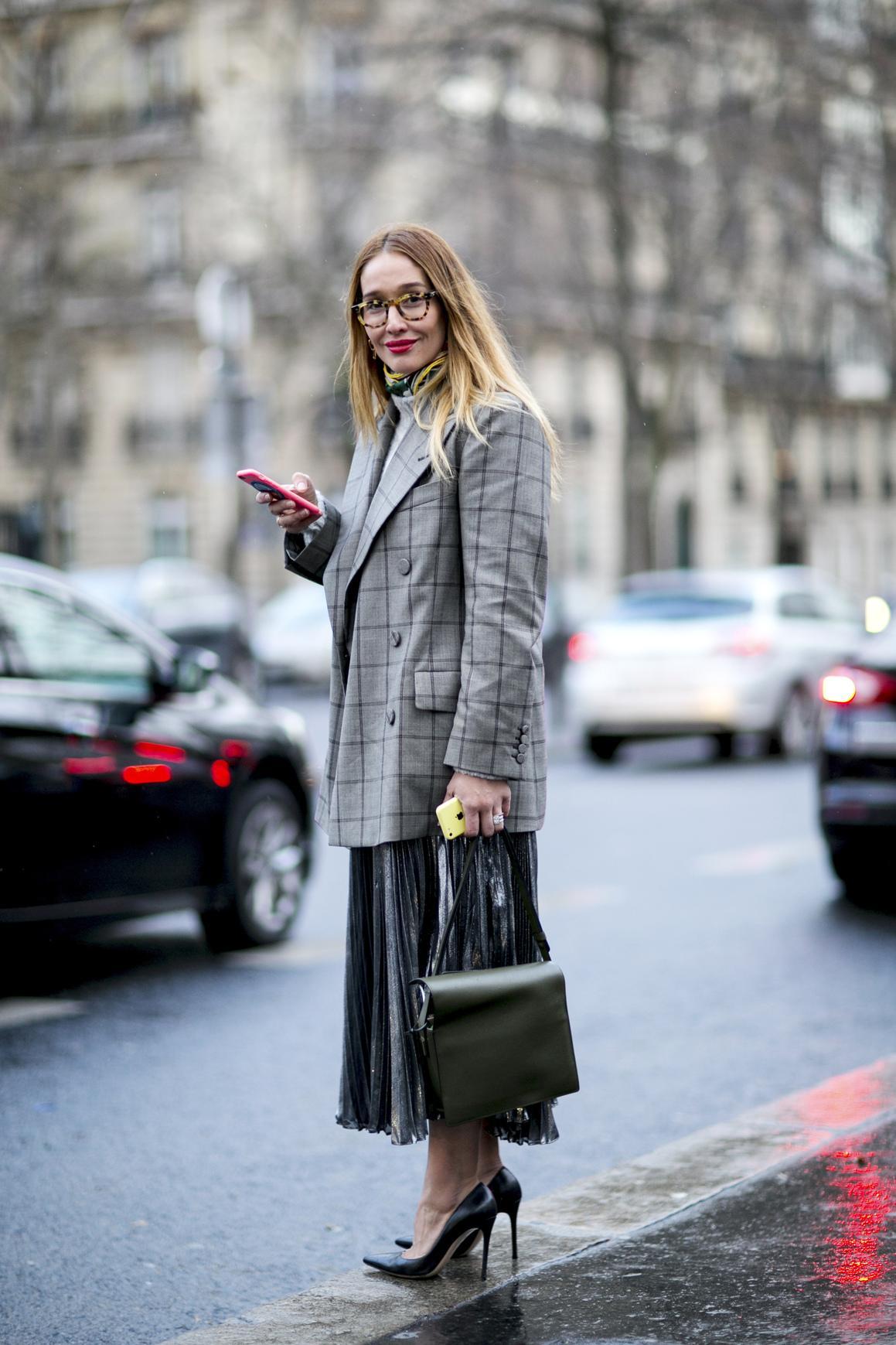 6ace37e046f La jupe plissée midi se porte au bureau avec un pull sobre et des escarpins.
