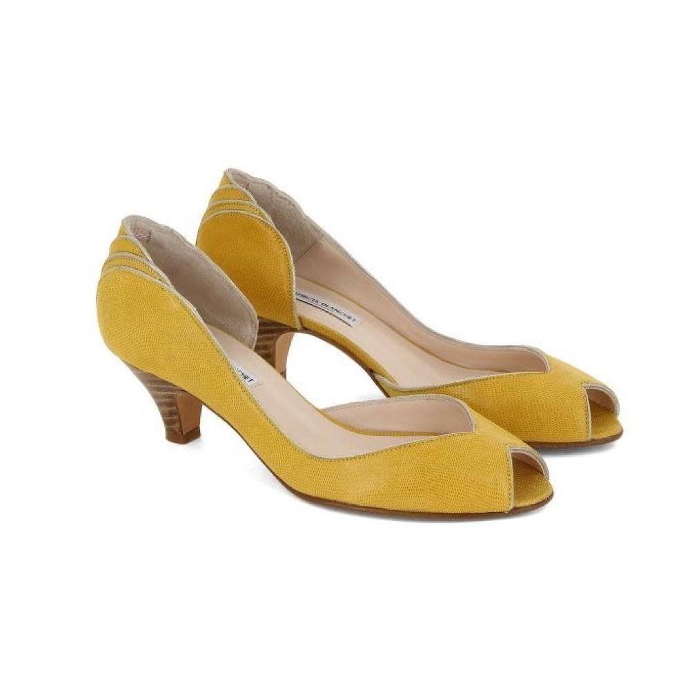 cd7bad180f3217 ... Des chaussures colorées pour égayer la tenue de la mariée - Christian  Louboutin Des chaussures colorées pour égayer la tenue de la mariée - Gucci  Des ...