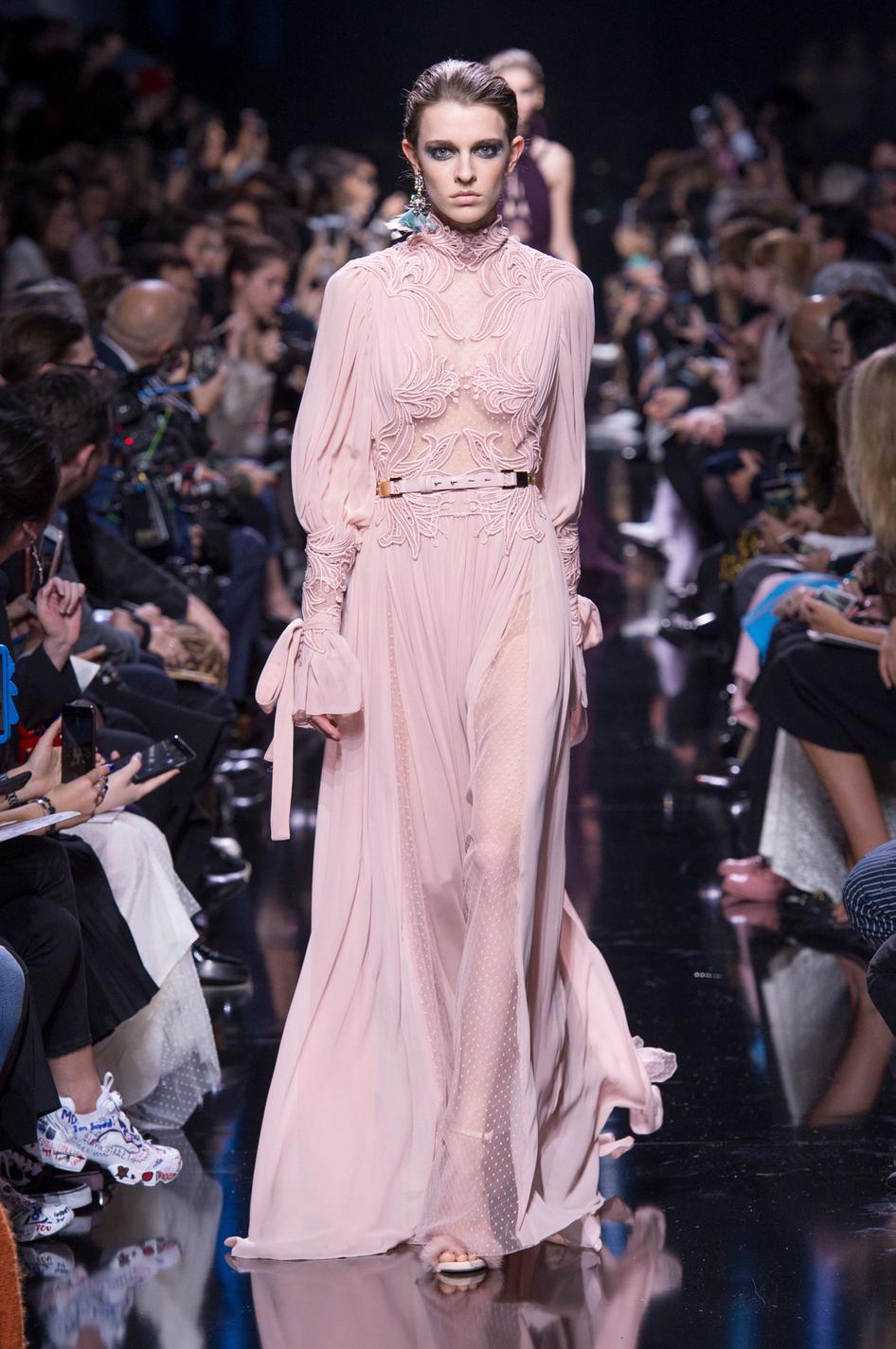 54236ad4b97 ... Week automne-hiver 2017-2018   ces robes qui font rêver - Jenny Packham  Fashion Week automne-hiver 2017-2018   ces robes qui font rêver - Christian  Dior ...