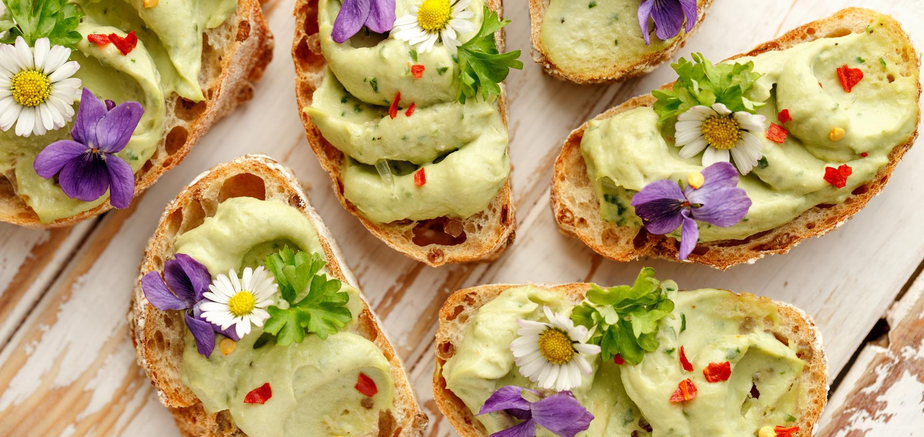 les fleurs comestibles des couleurs et des saveurs dans
