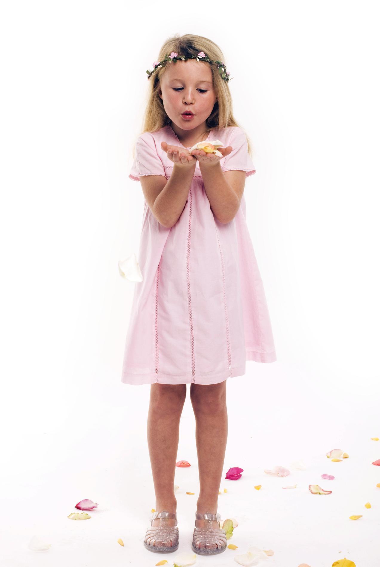 7e4d417f51788 ... Mariage   nos idées de tenues enfants pour un joli cortège - Les petits  choux de Bruxelles Mariage   nos idées de tenues enfants pour un joli  cortège ...