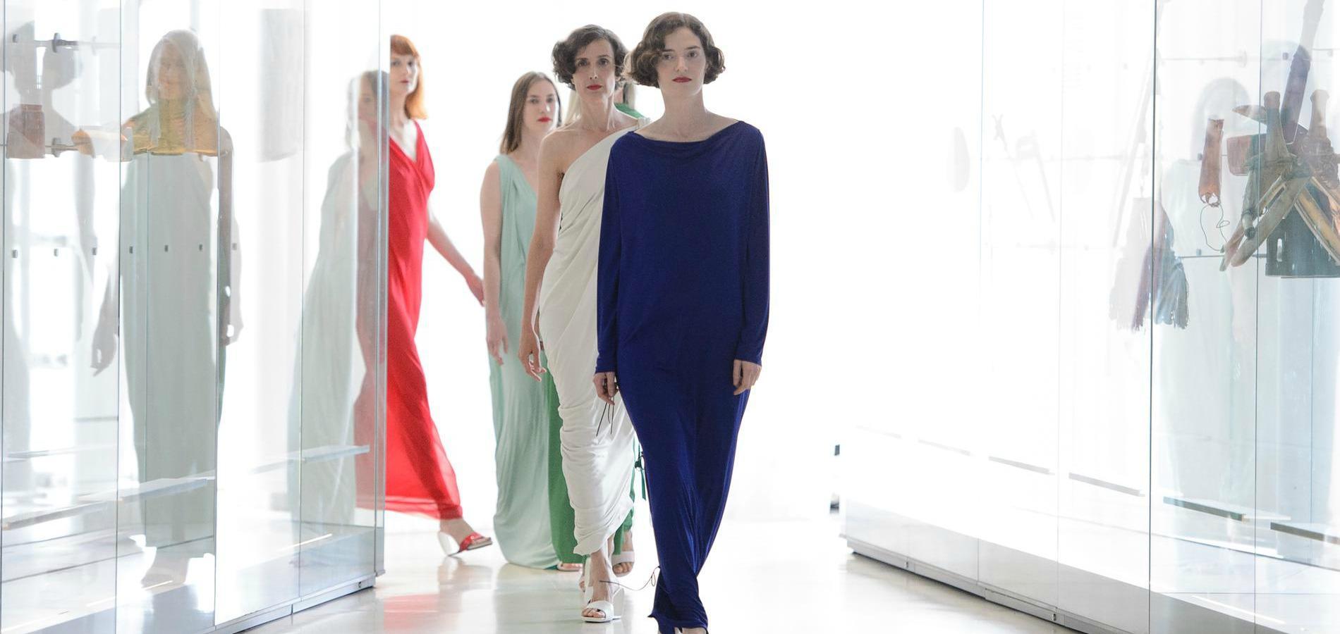 df99361d737fc2 Défilé Adeline André, Fashion Week haute couture automne-hiver 2017-2018 de  Paris.