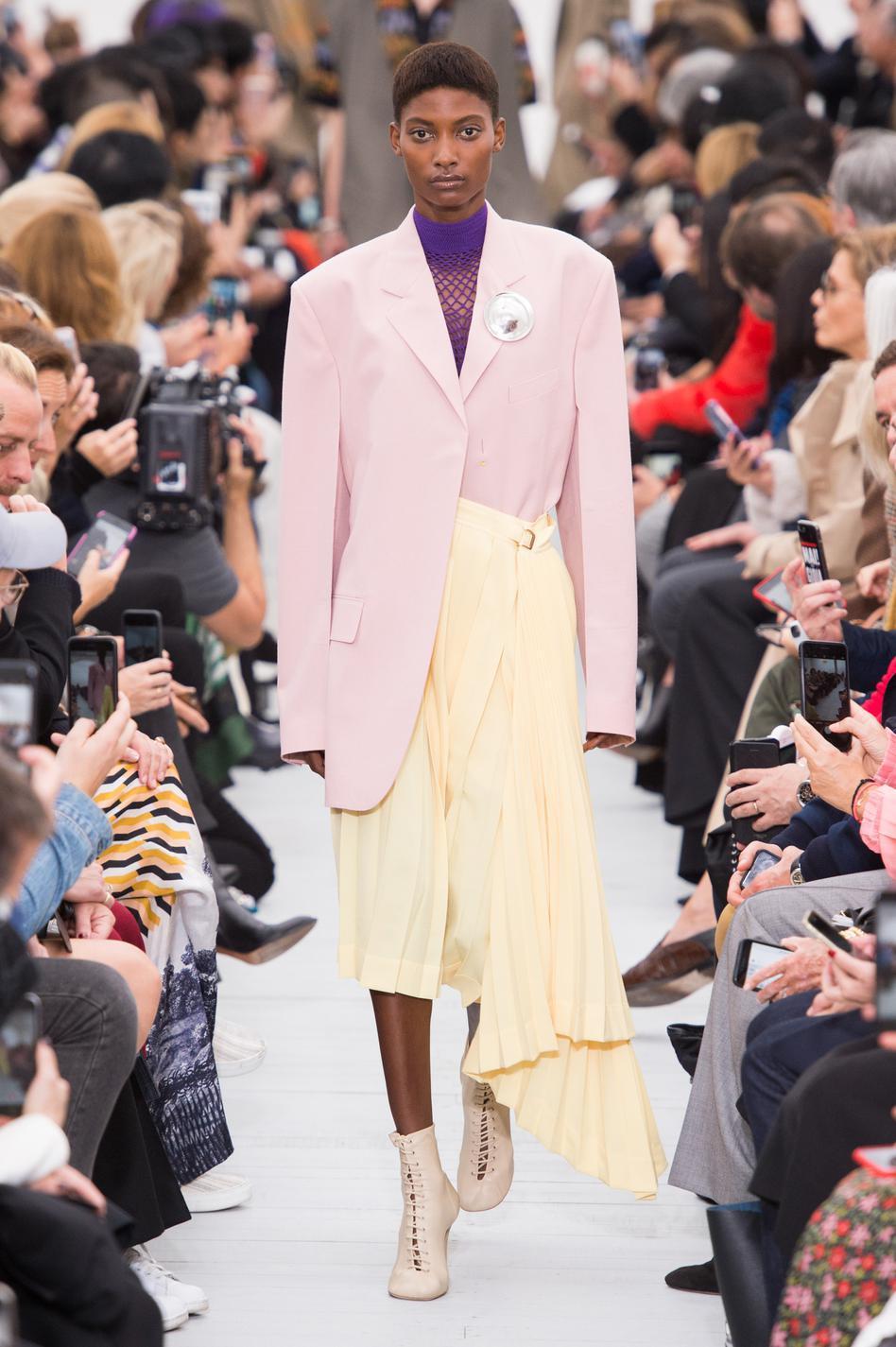 8fb7a91377 ... Fashion Week printemps-été 2018 de Paris : nos silhouettes préférées -  Céline ...