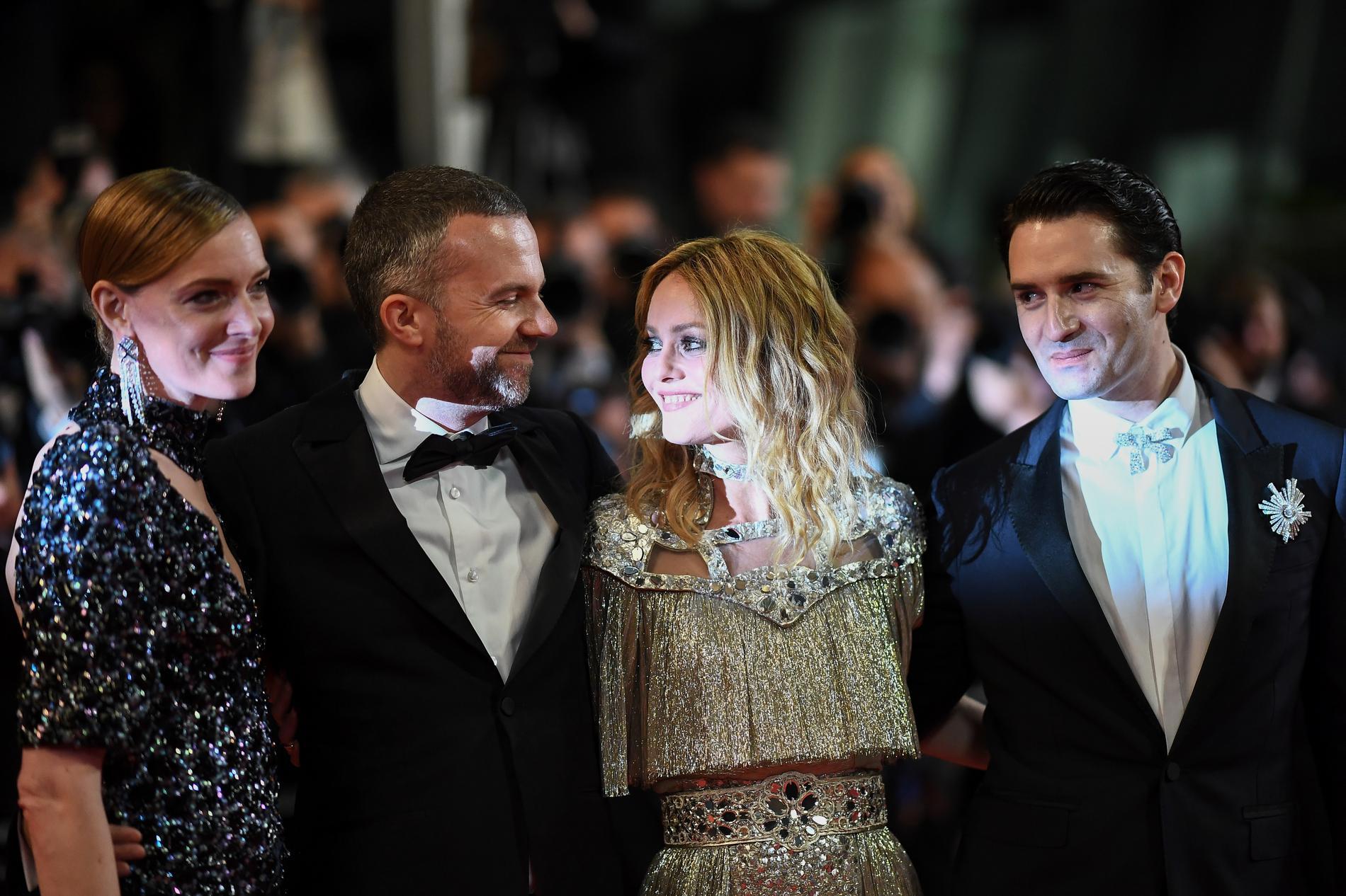 Vanessa Paradis et l\u0027équipe du film d\u0027Un Couteau dans le coeur, de Yann  Gonzalez, montent les marches du Festival de Cannes, le 17 mai 2018.