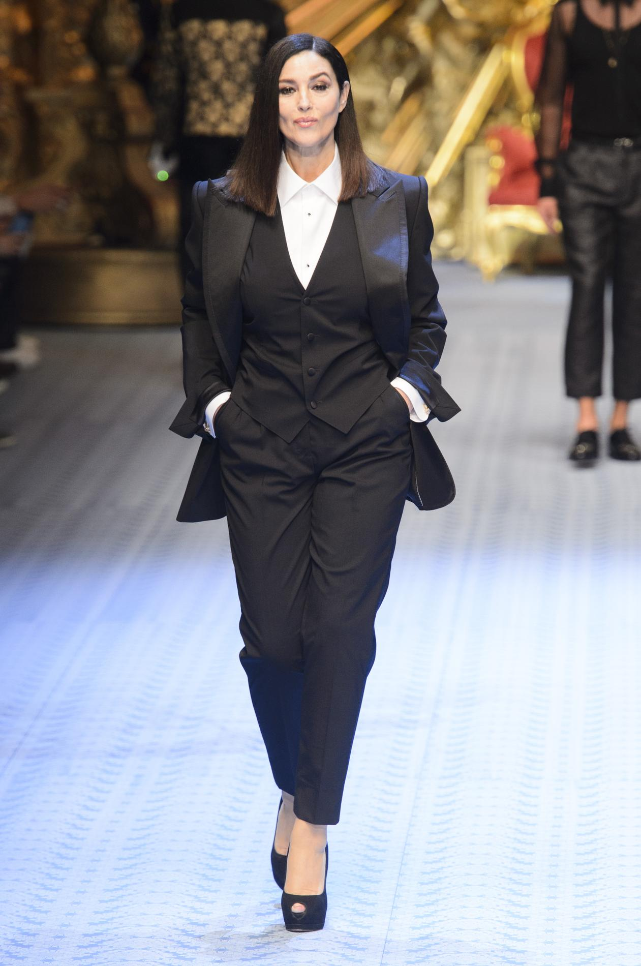 dcf802ad87 Monica Bellucci défile pour Dolce & Gabbana. (Milan, le 16 juin 2018.)