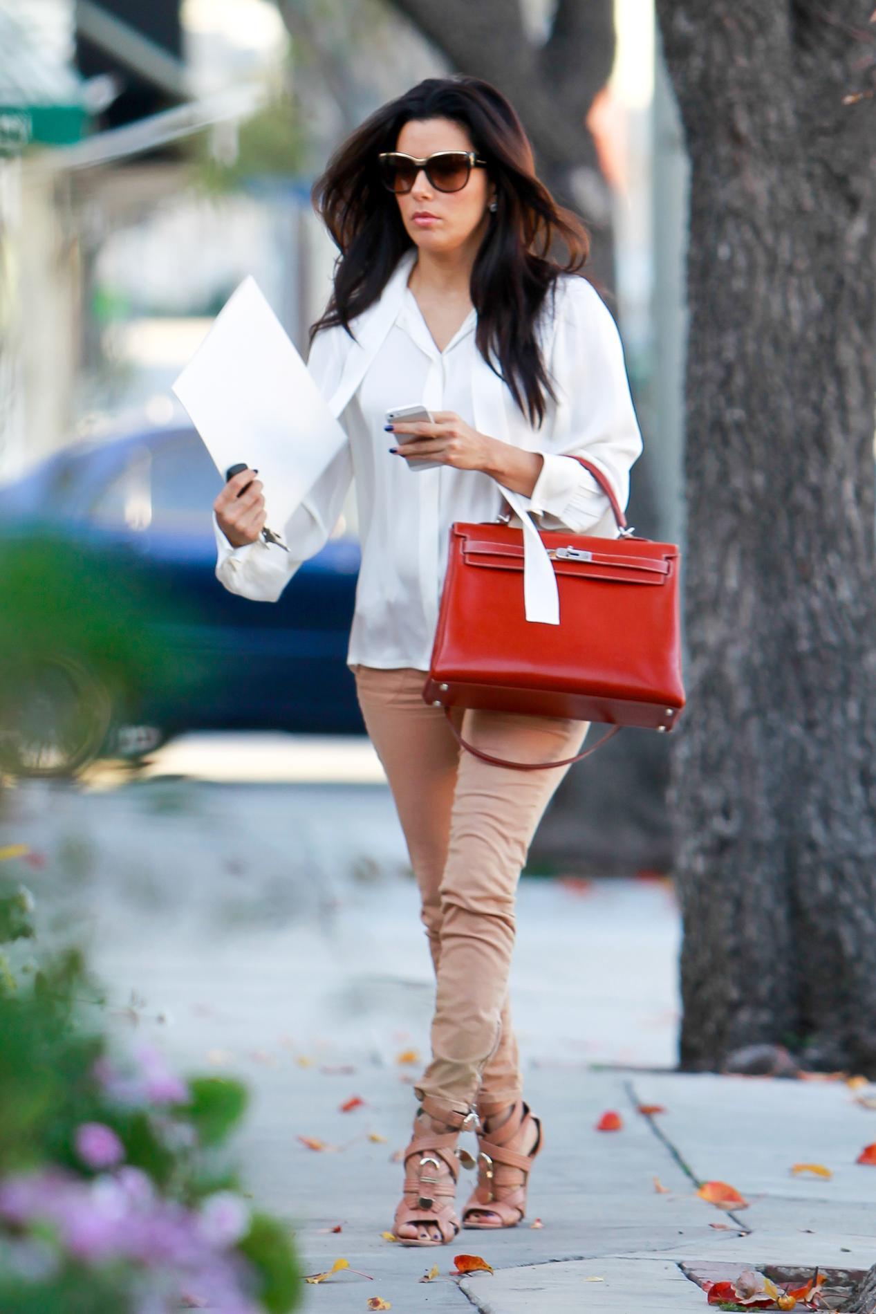 77b847bf92 ... De Miranda Kerr à Eva Longoria, cinq façons de porter le Kelly d'Hermès  ...