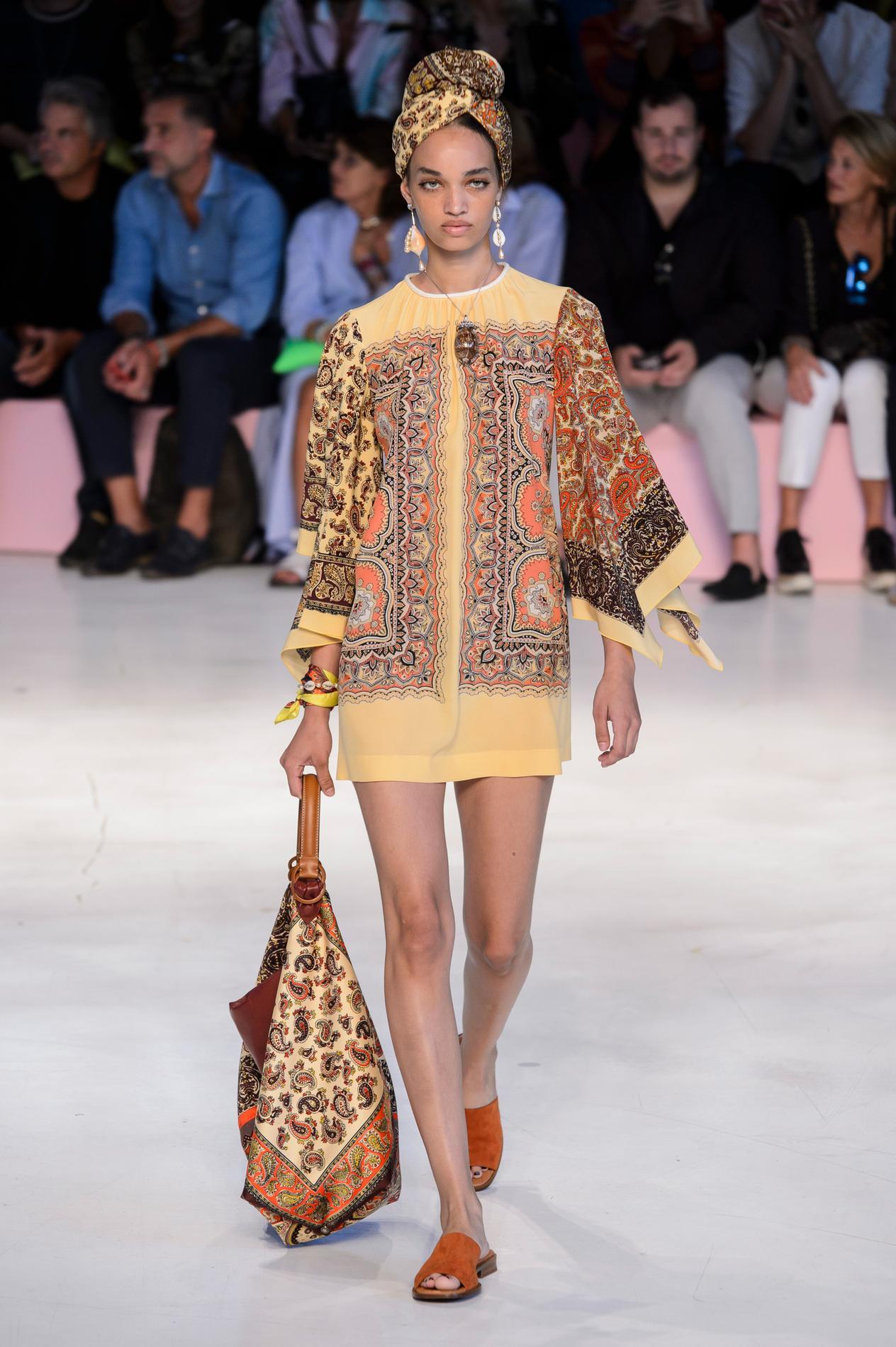 e01bbe53d2 Le foulard fait son come-back chez les millenials - Madame Figaro