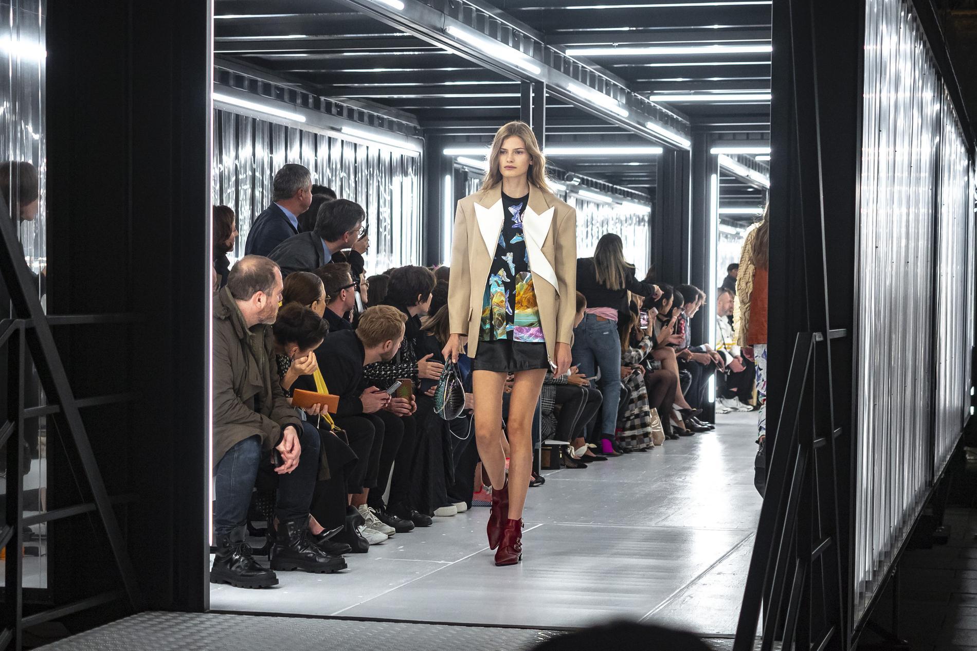 f716906fdc1 Défilé Louis Vuitton   un vestiaire qui donne le pouvoir aux femmes ...