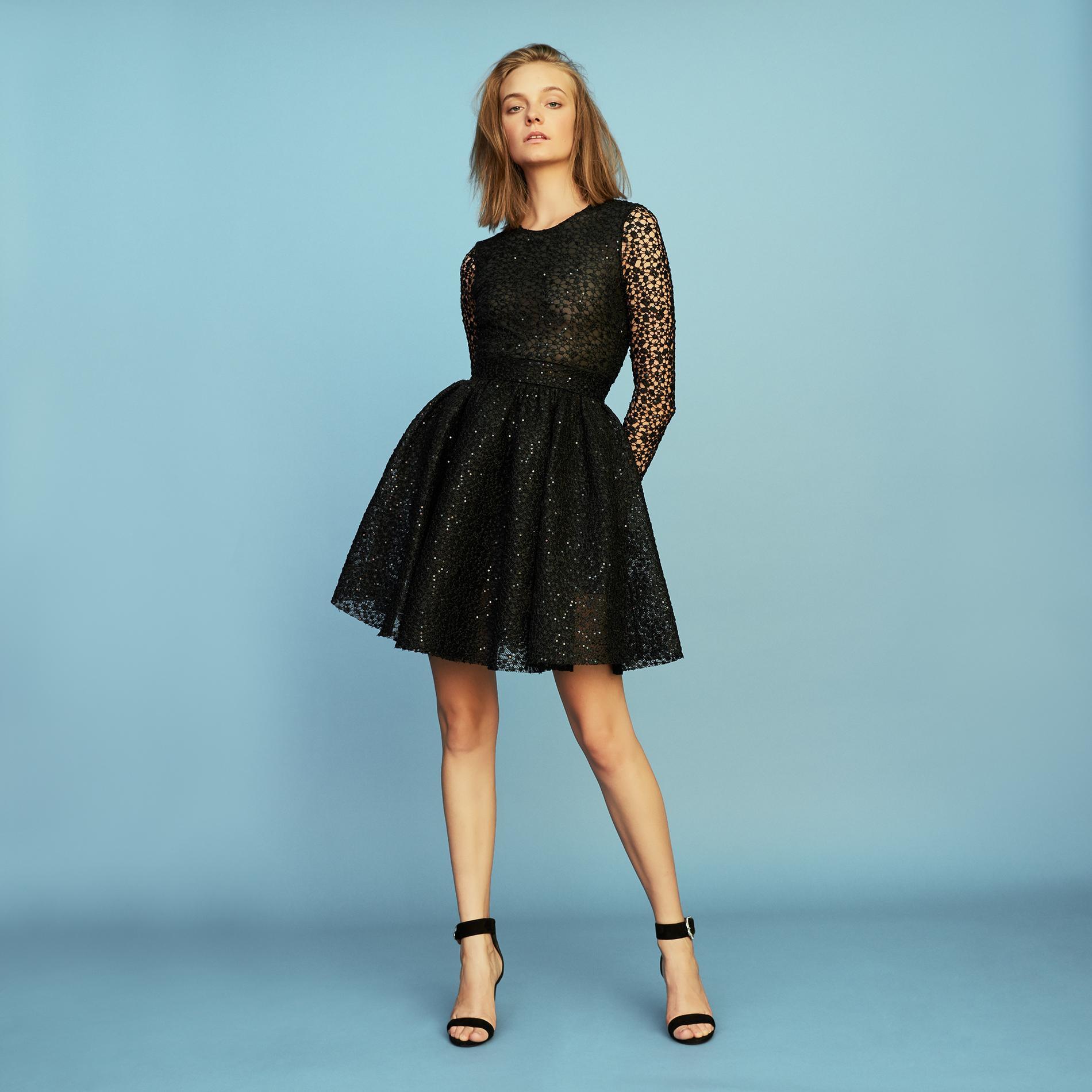 1c020295541 ... Notre sélection de robes noires pour les fêtes de fin d année - Maje ...