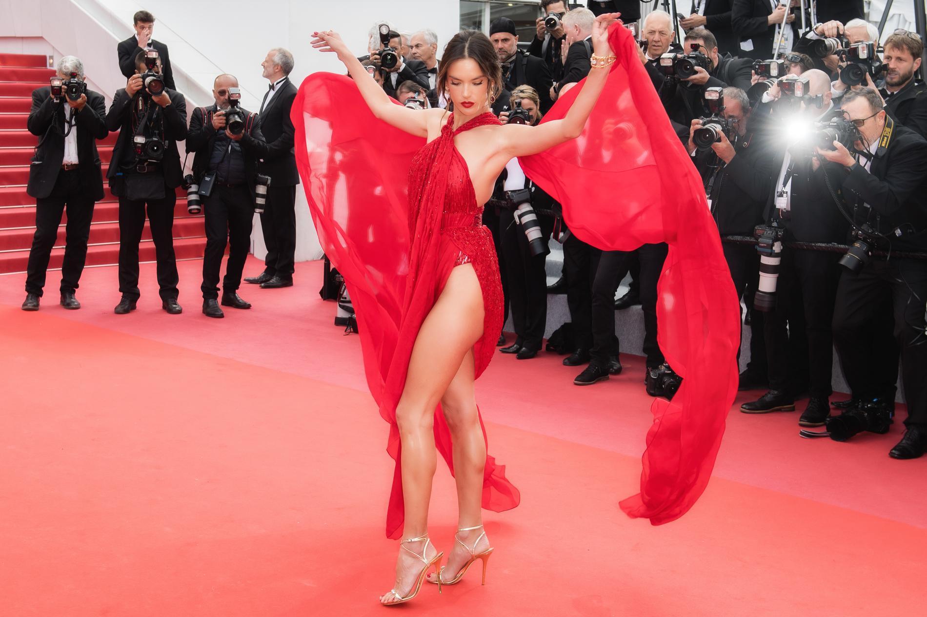 жена красное платье стриптиз когда