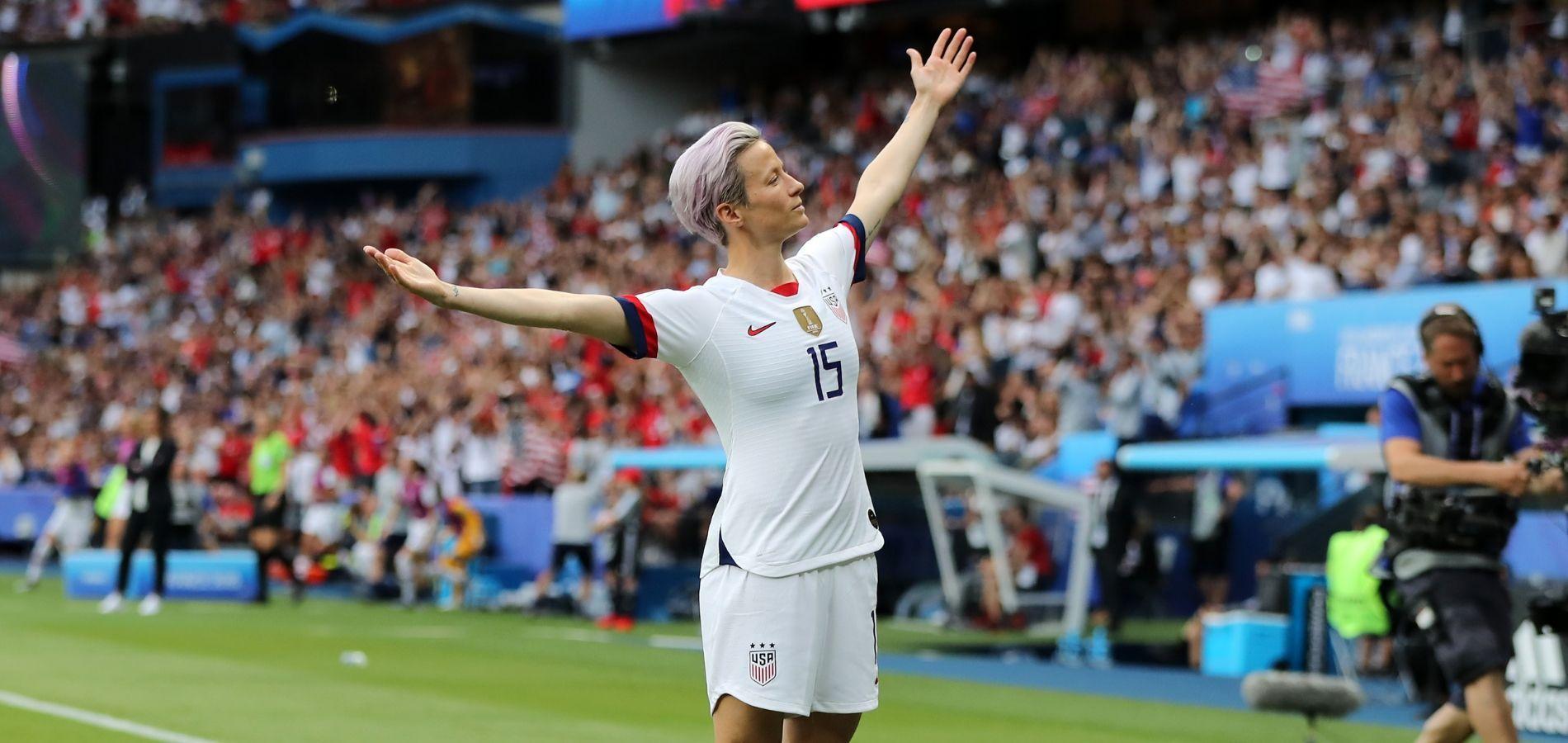 Megan Rapinoe, la milieu de terrain de l\u0027équipe américaine de football,  célèbre son but contre la France en quarts de finale de la Coupe du monde  féminine,