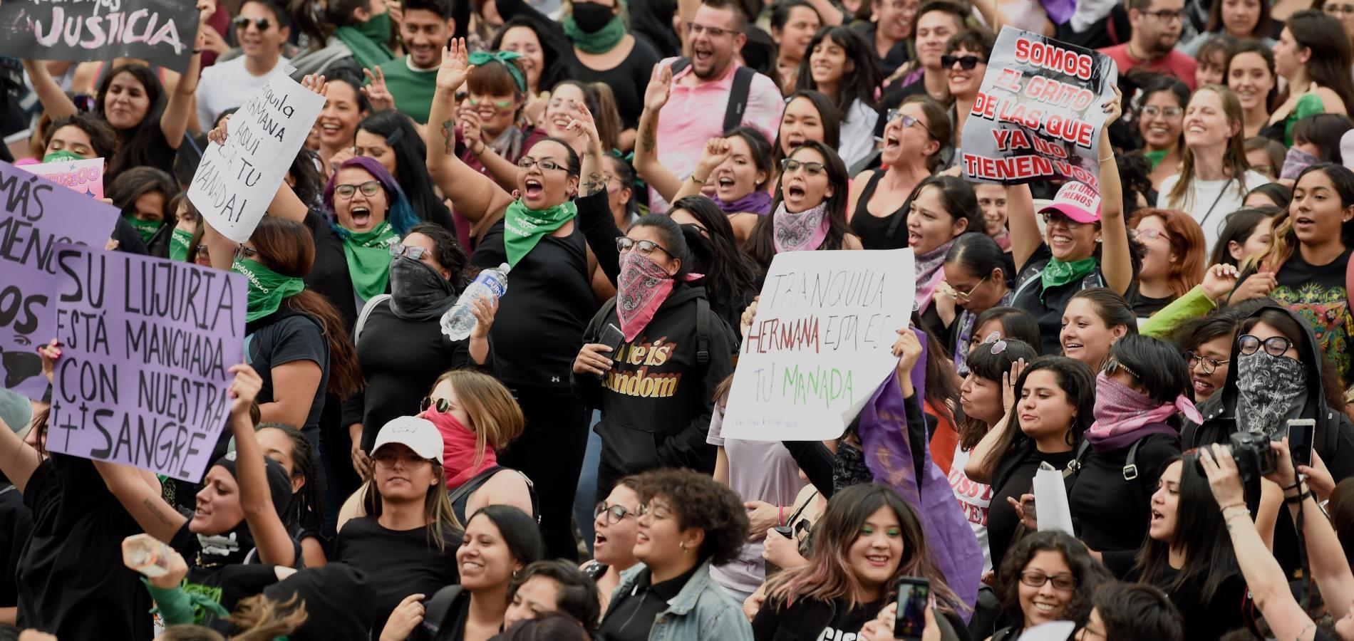 Au Mexique, des milliers de femmes descendent dans la rue après des  accusations de viols contre des policiers - Madame Figaro