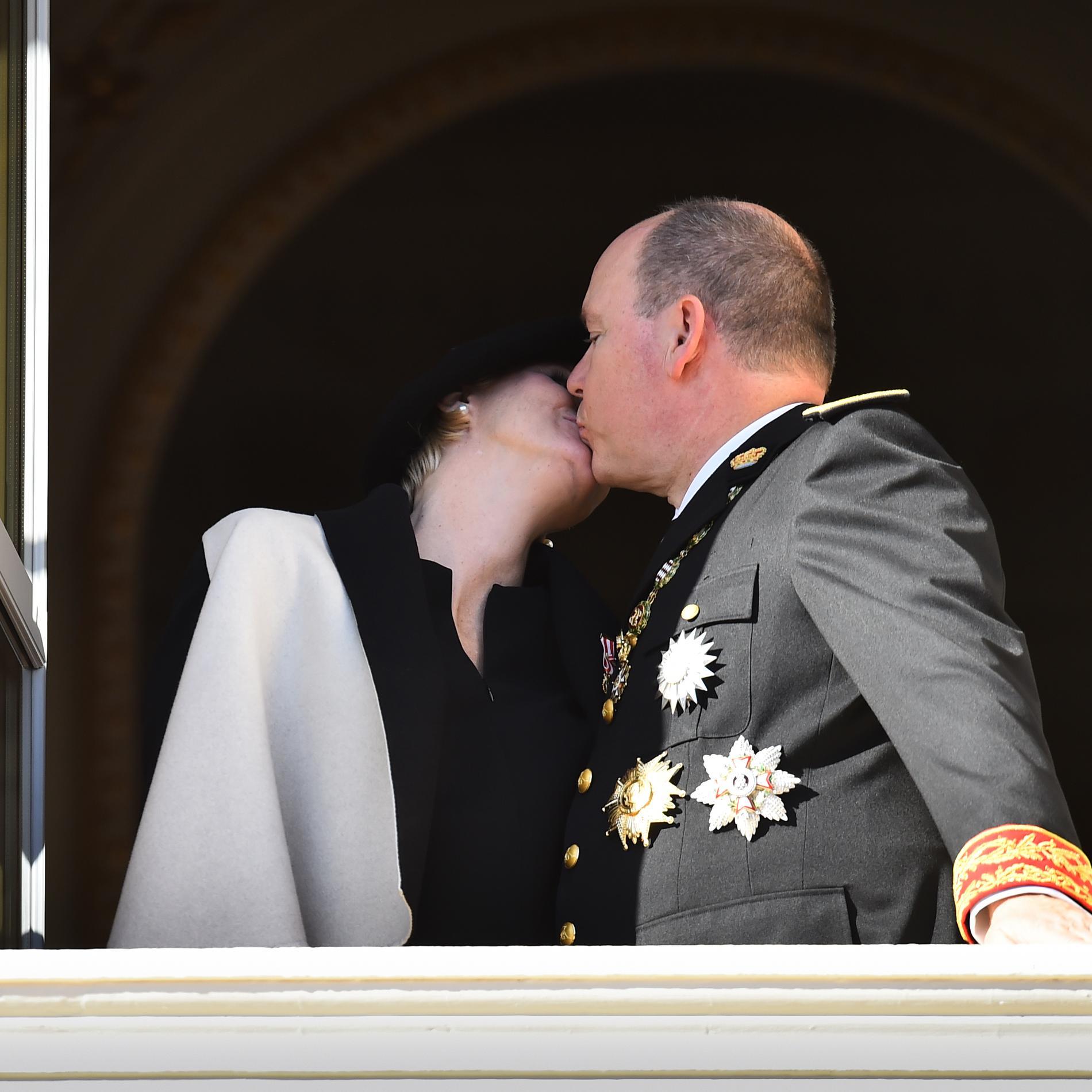 Charlene et Albert de Monaco s'embrassent