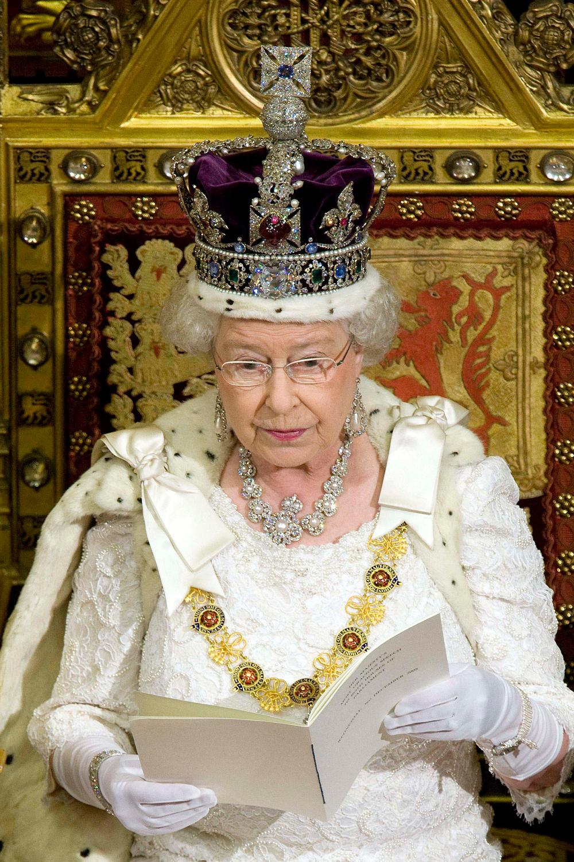 """Elizabeth II s'épanche sur sa """"très lourde"""" couronne, au premier degré"""