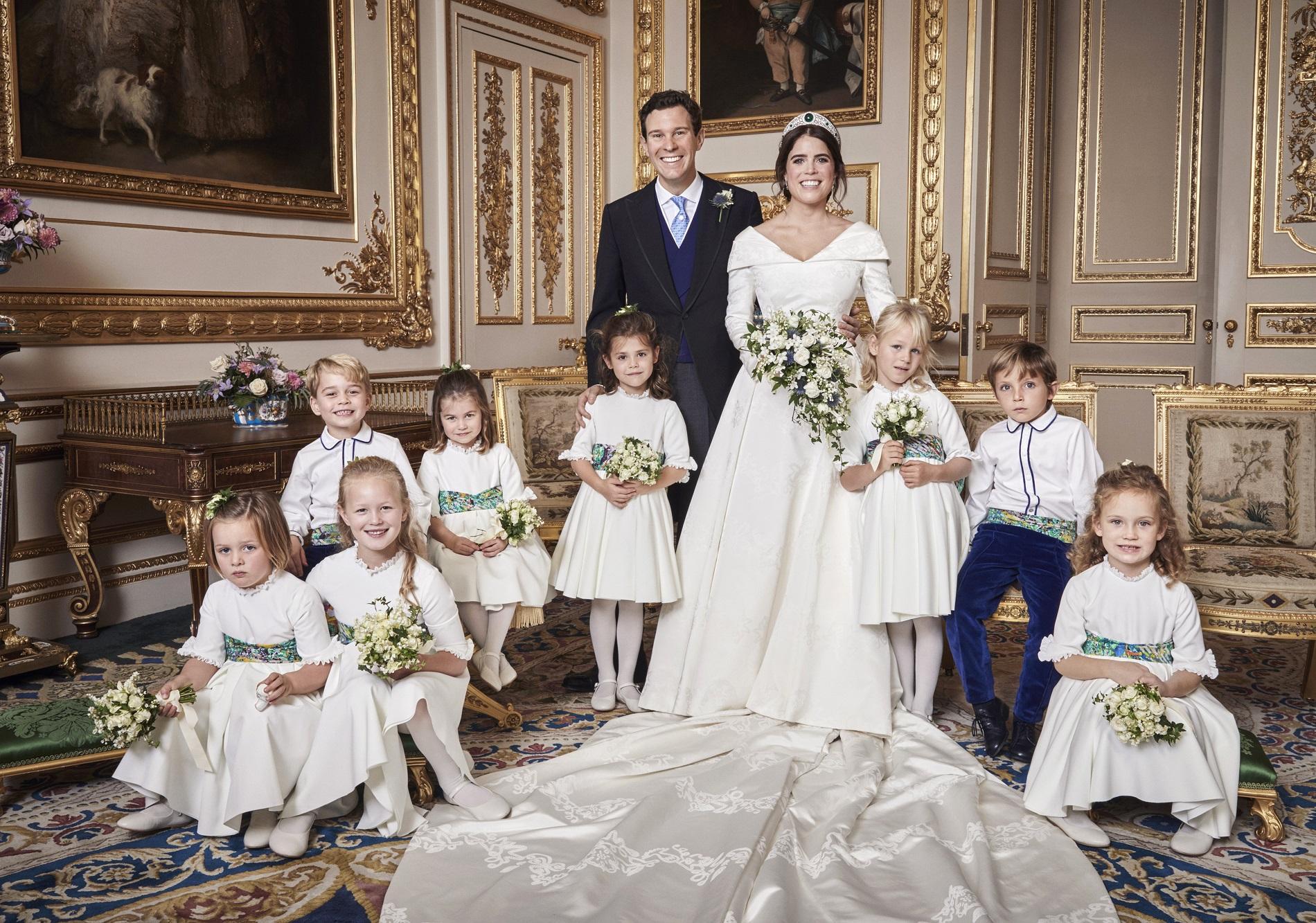 Les époux entourés des garçons et demoiselles d'honneur