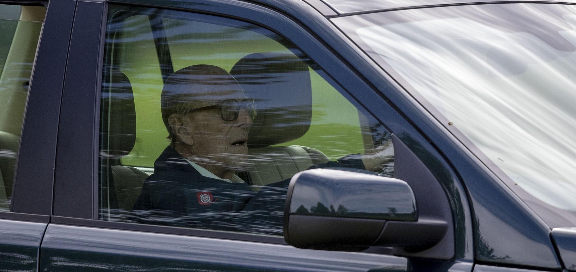 Deux jours après son accident, le prince Philip de retour au volant et sans ceinture