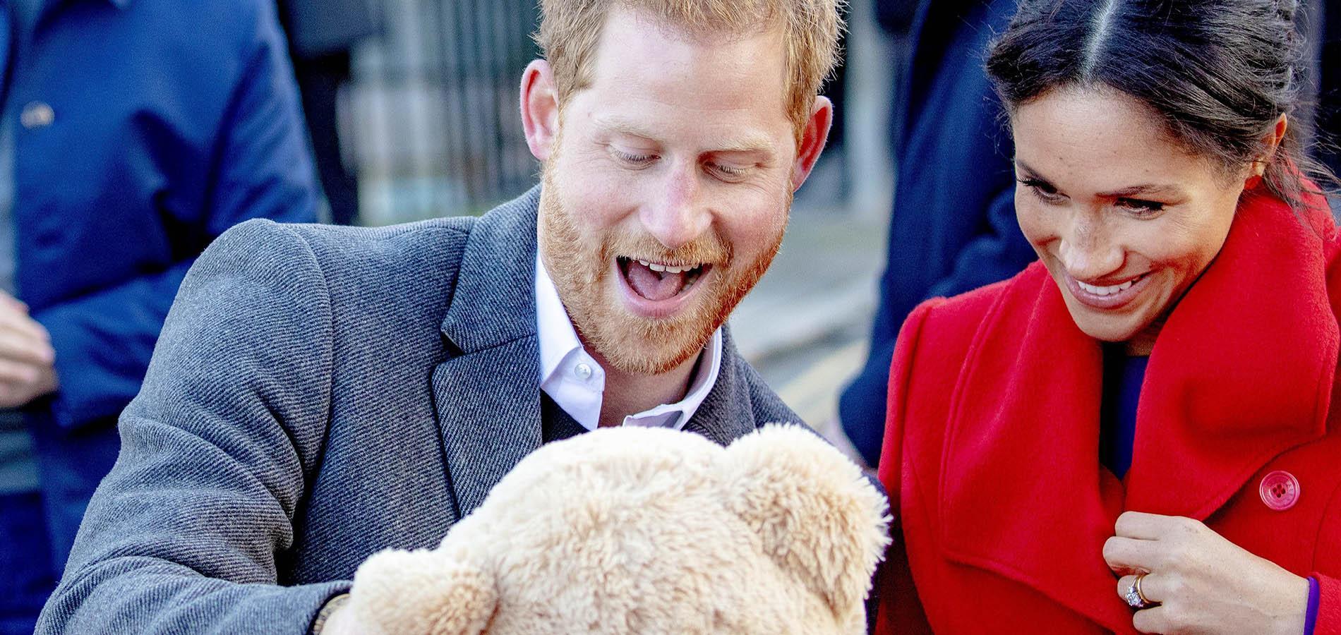 """""""Est-ce que tu aimes ta couleur de cheveux ?"""" L'instant """"so cute"""" du prince Harry avec une fillette rousse"""