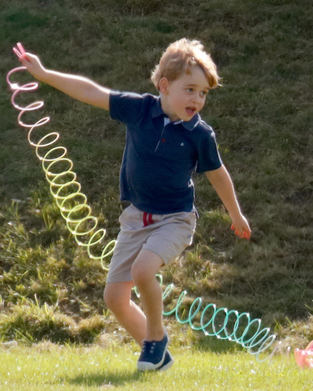 Le prince George s'amusant avec un Slinky