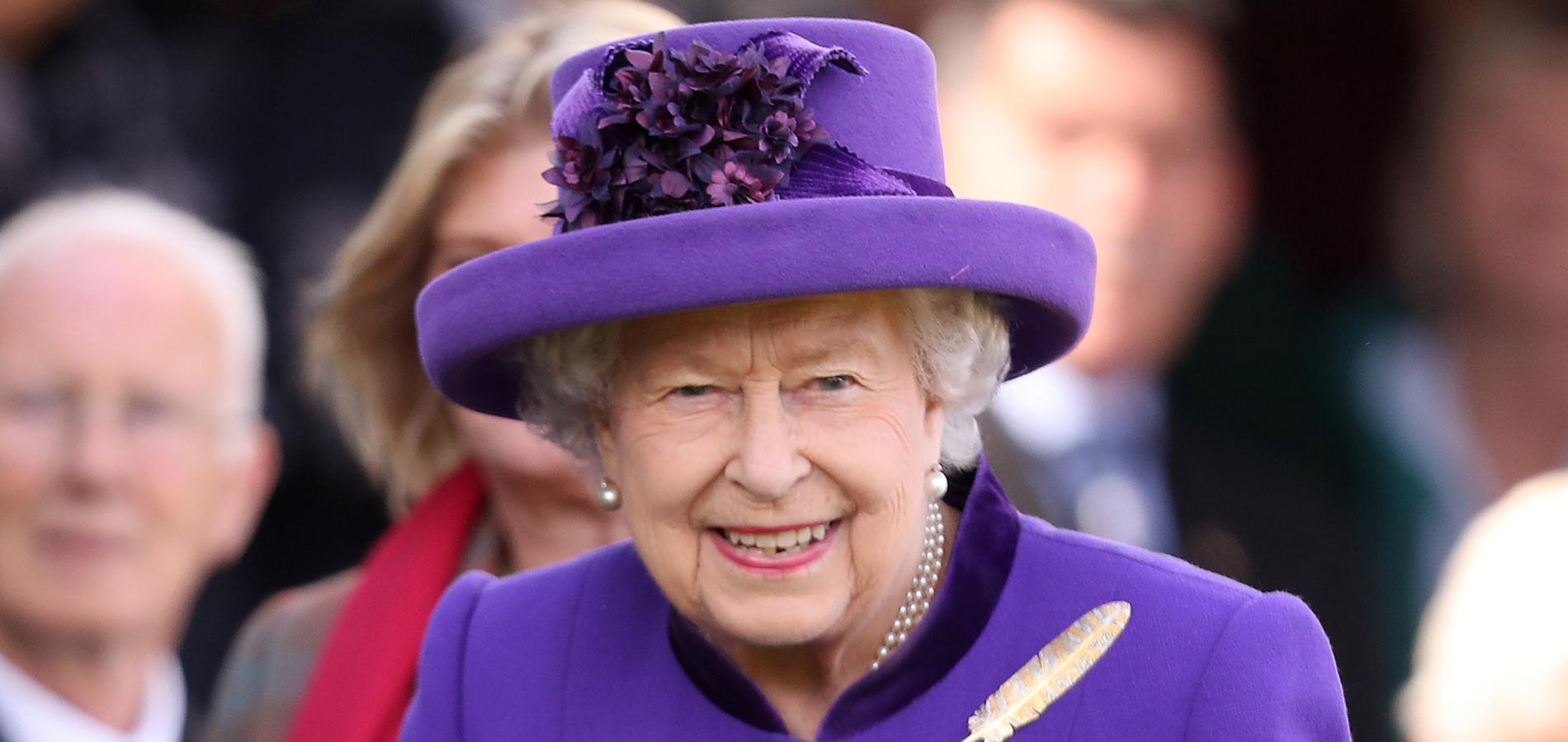 """Les mains dans les poches, la reine Elizabeth II adopte une pose """"digne d'un tapis rouge"""""""