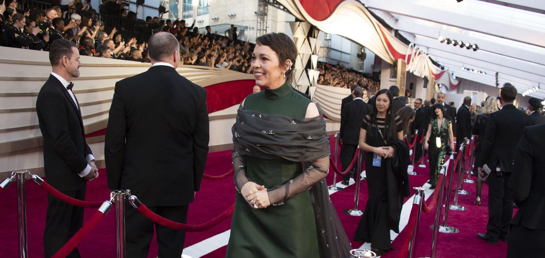 """La princesse Anne récompense Olivia Colman, héroïne de """"The Crown"""", à Buckingham Palace"""