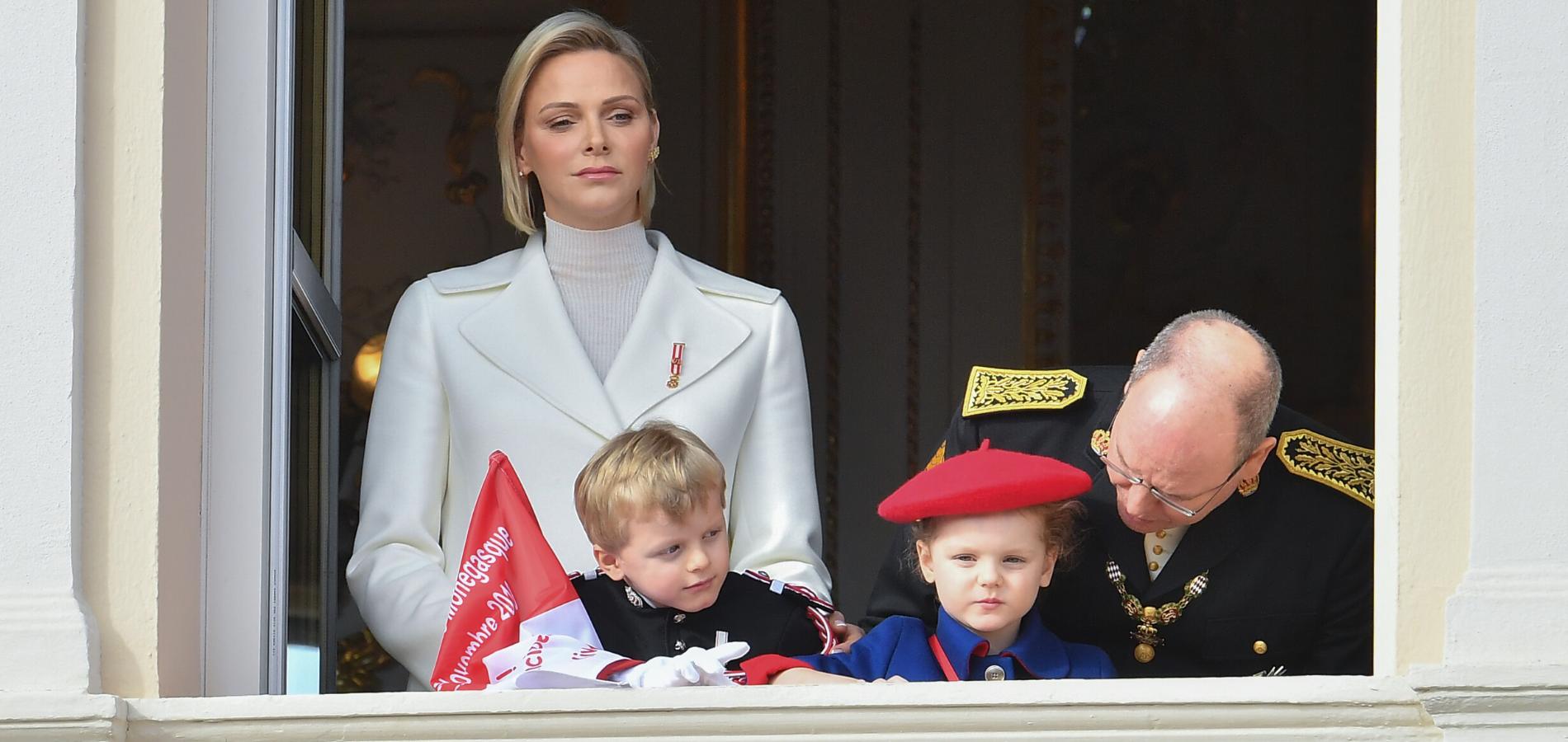"""Charlene de Monaco se confie sur son """"épuisant"""" rôle de mère et ses """"inarrêtables"""" jumeaux"""