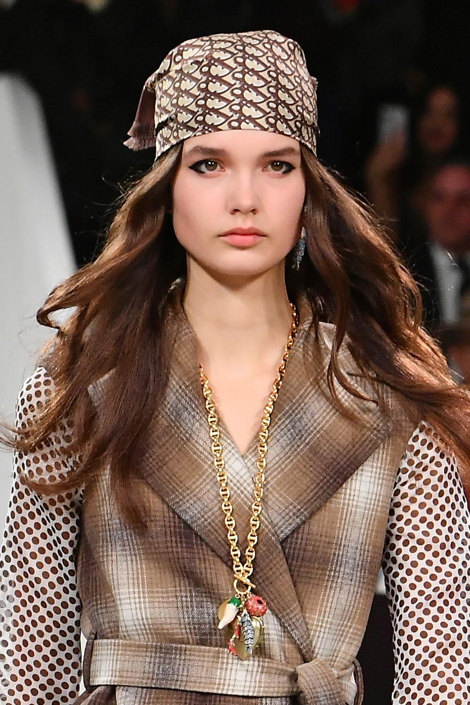 Fashion Week Paris : de Charlotte Casiraghi au défilé Dior, pourquoi on va toutes désirer le foulard en soie