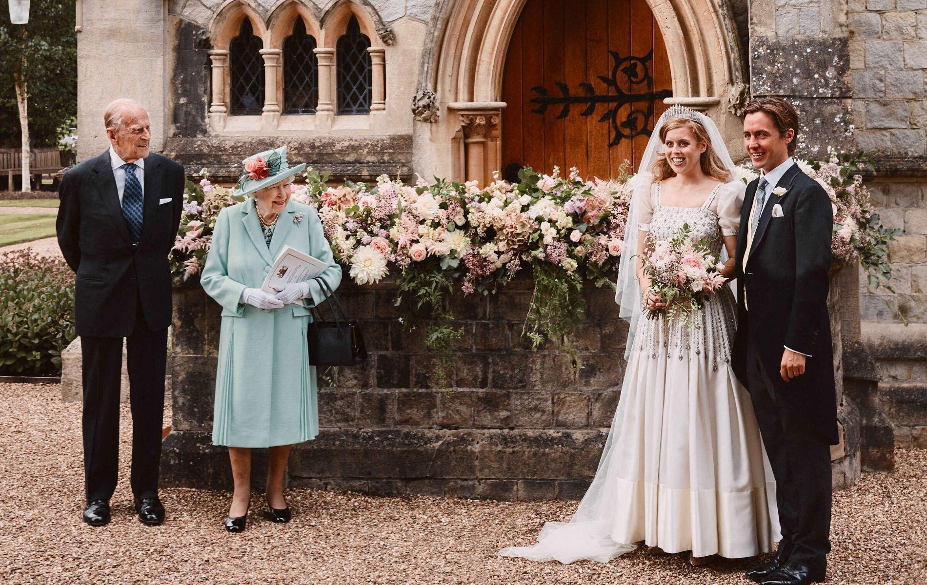 En photo : pour son mariage, la princesse Beatrice pose aux côtés d'Elizabeth II et du prince Philip