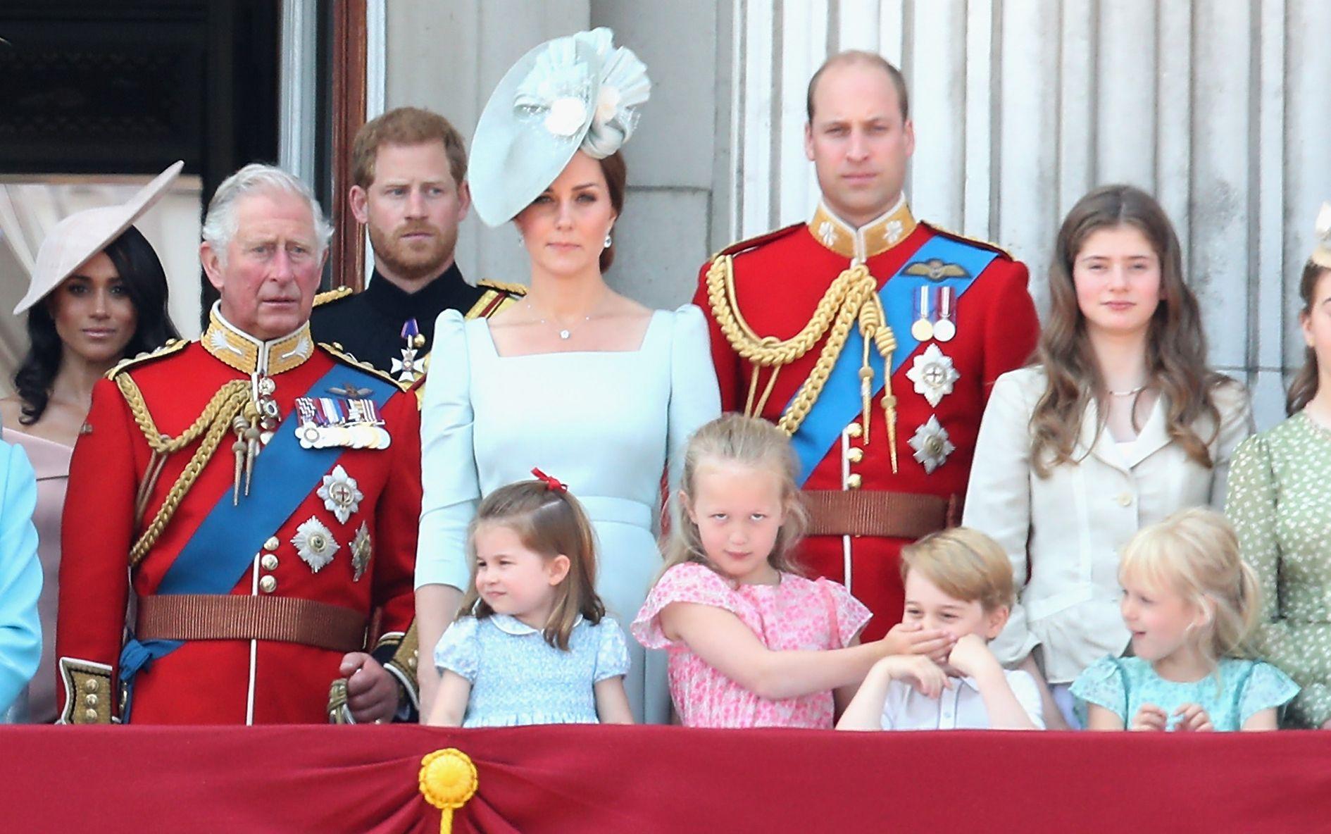 Les Windsor au balcon