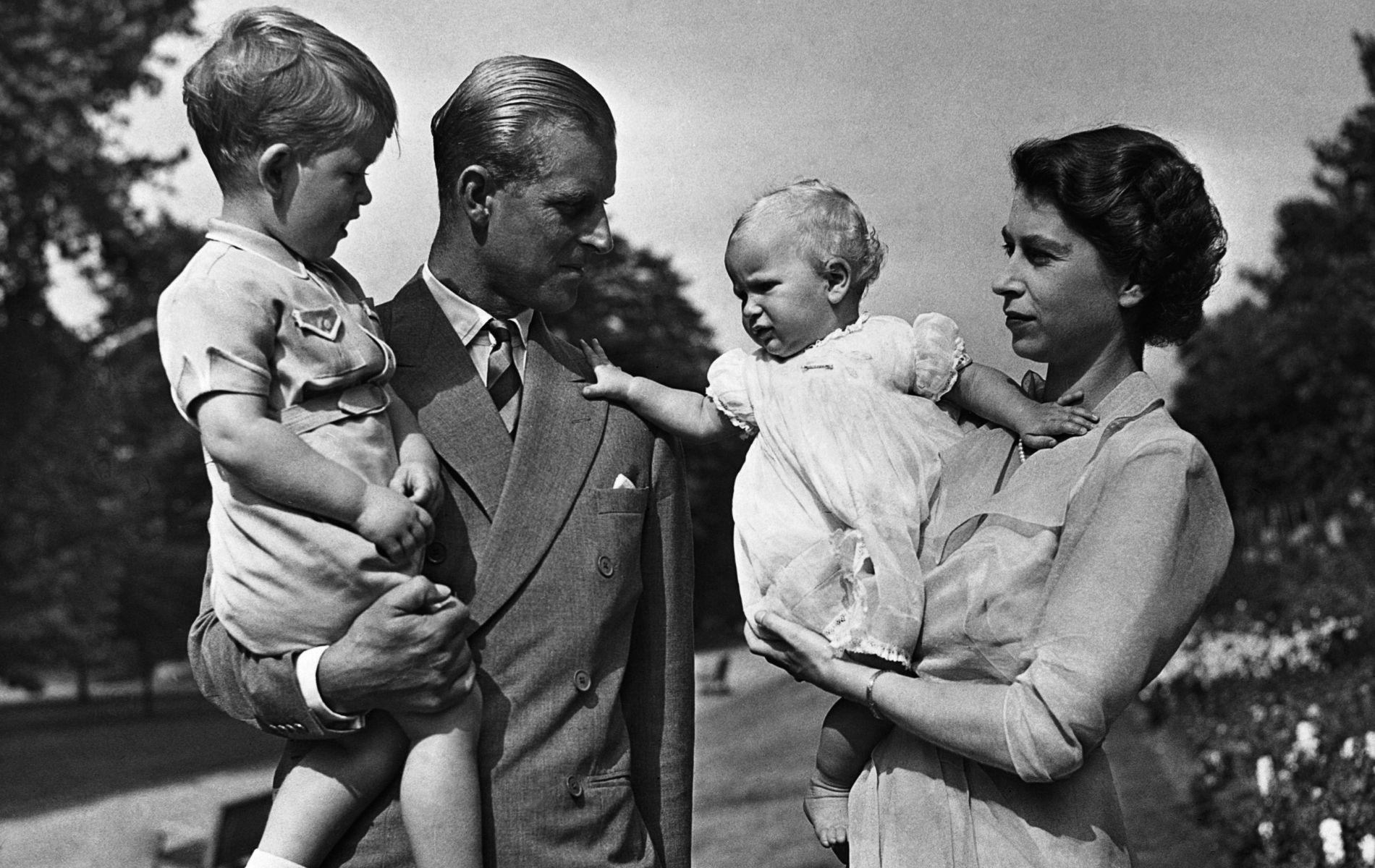 """Elizabeth II était trop occupée pour être une mère attentive, soutient le créateur de """"The Crown"""""""