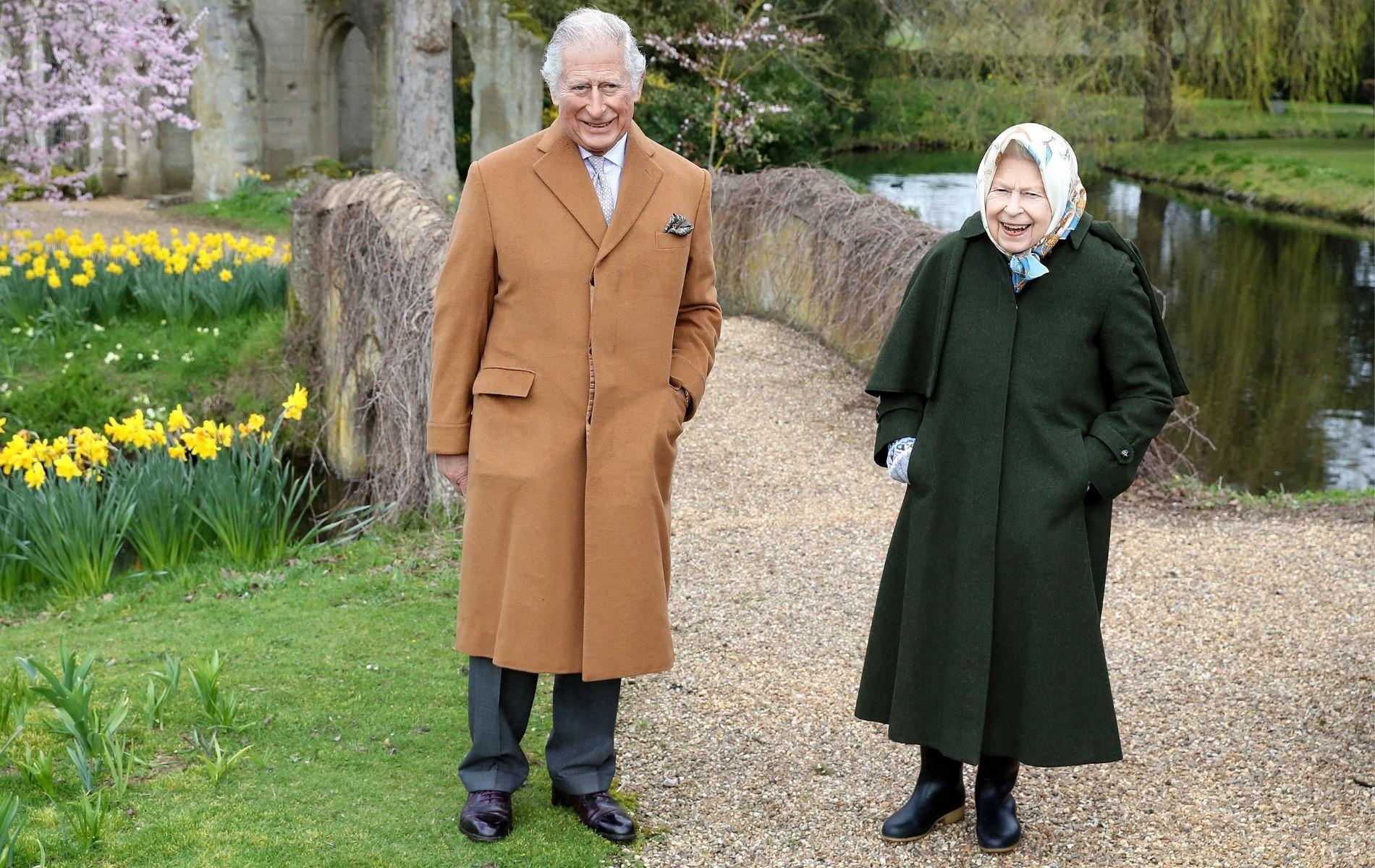 """Les photos décontractées du prince Charles et d'Elizabeth II, unis dans la tempête post-""""Megxit"""""""