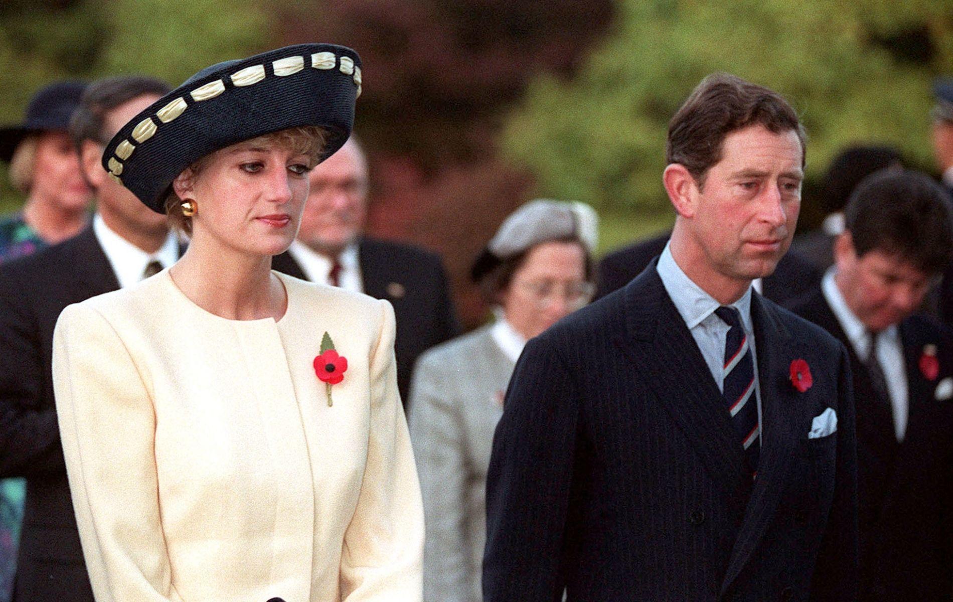 """L'affiche dramatique du film """"Spencer"""", ou la robe blanche qui prédit les jours sombres de Lady Diana"""