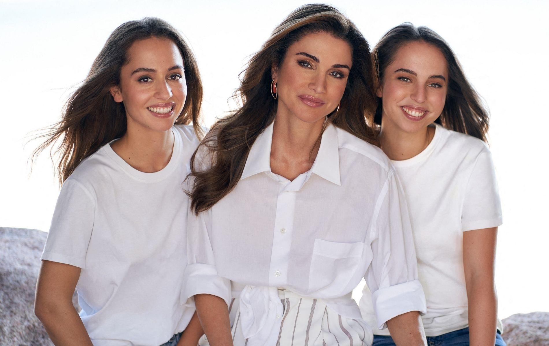 La reine Rania de Jordanie dévoile un portrait inédit de ses filles, les princesses Salma et Iman