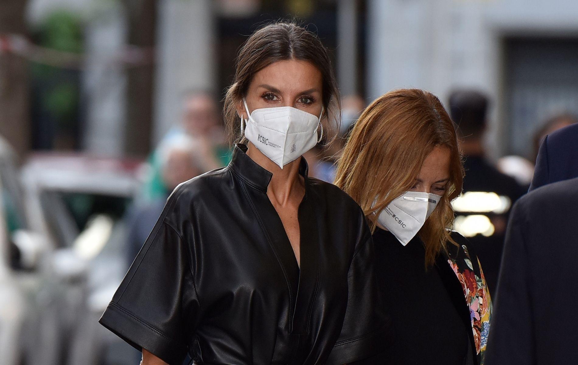 """La """"fantastique"""" robe en cuir noir de la reine Letizia d'Espagne crée la sensation à Madrid"""
