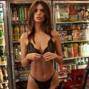 Emily Ratajkowski sort une collection de lingerie... et ce n est pas ad68e777b8d